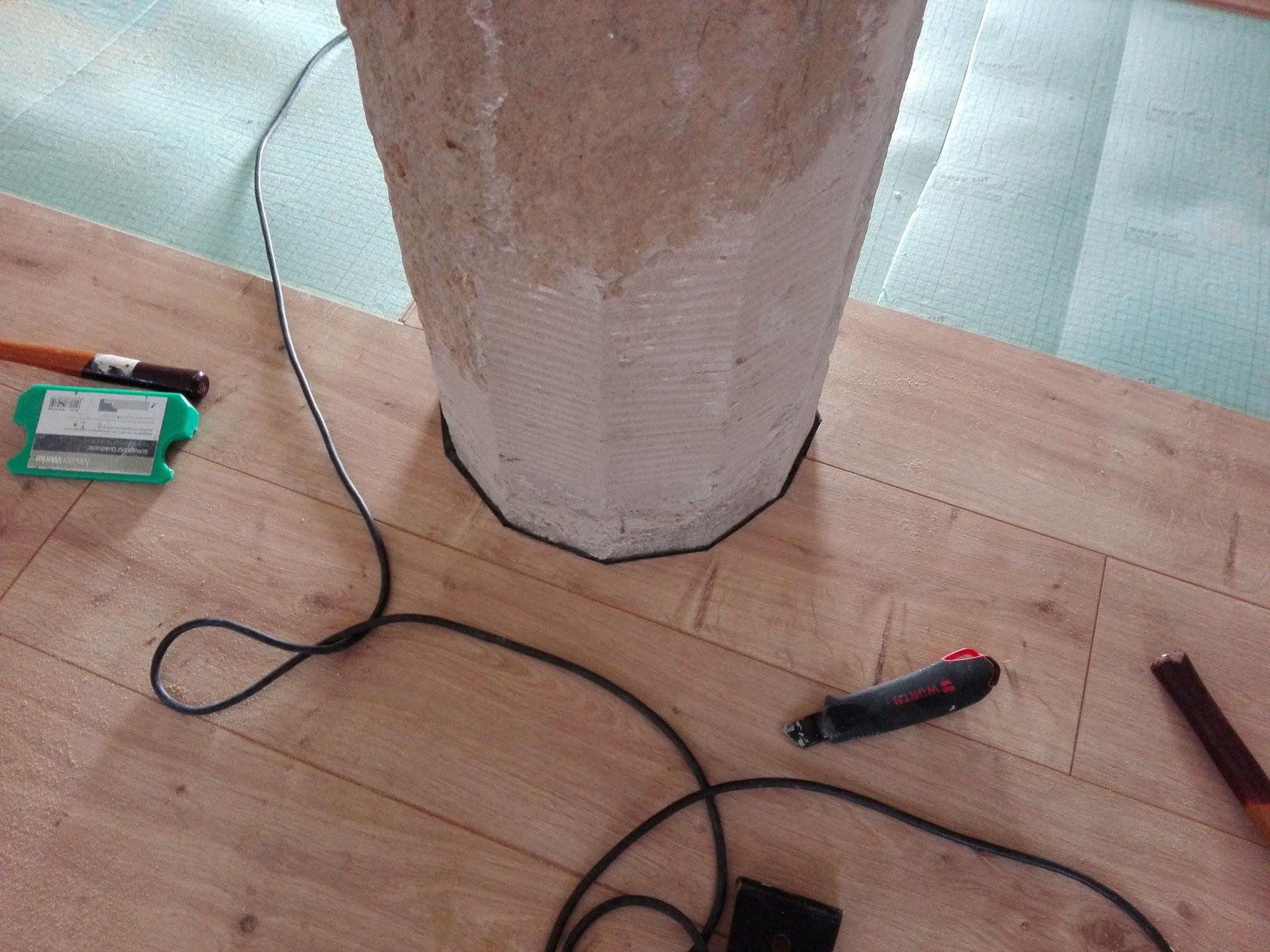 Laminatboden mit Säulen Ausschnitten