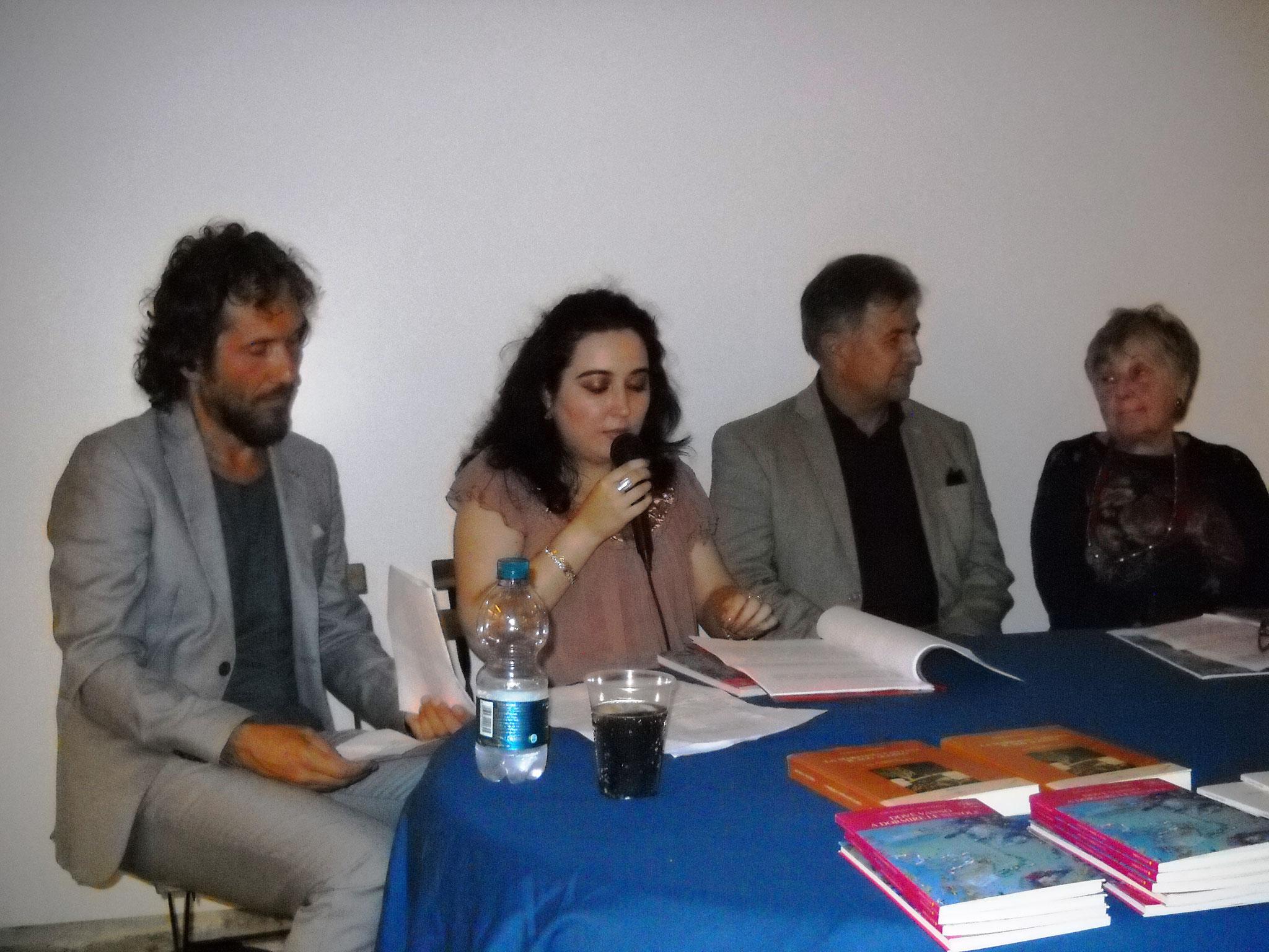 Francesca Ghiribelli che commenta alcuni racconti del libro
