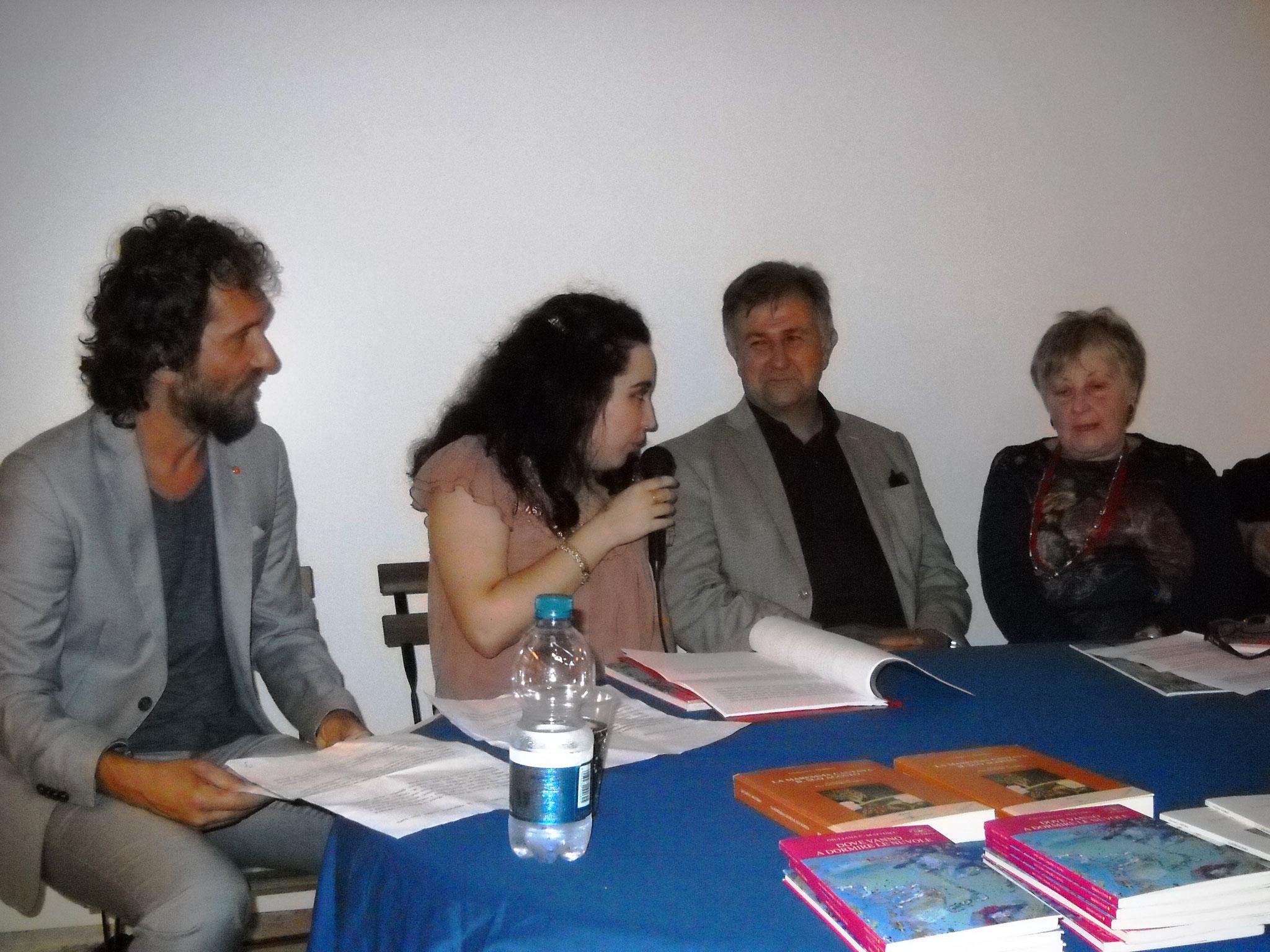 Francesca Ghiribelli che cura la presentazione dell'opera