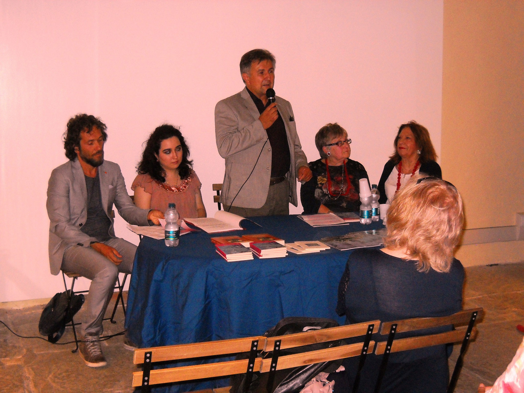 Il dottor Antonio Cambi che introduce la presentazione dell'opera