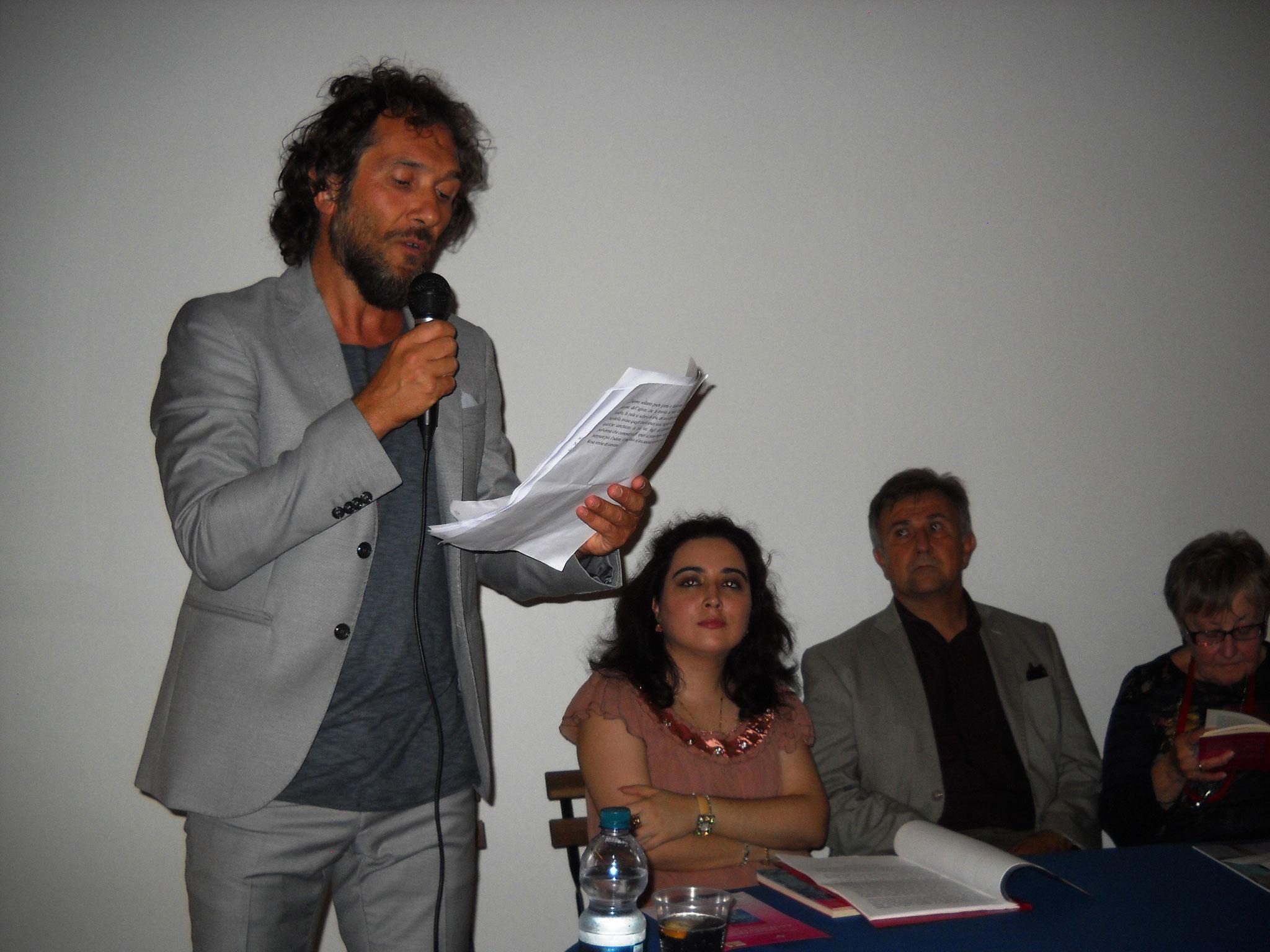 L'attore Daniele Gargano del Teatro dell'Aglio che interpreta i brani del libro