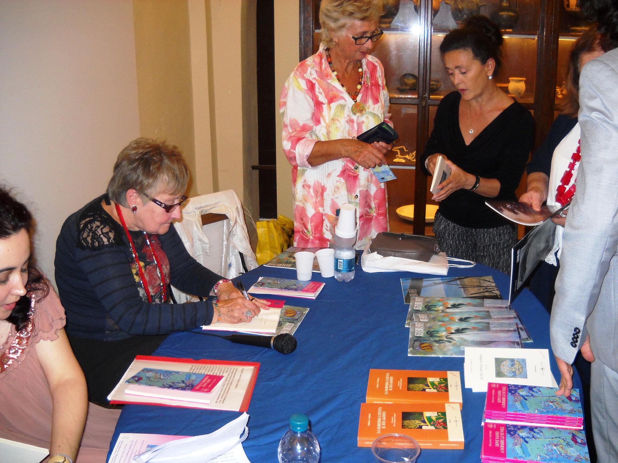 L'autrice che autografa i suoi libri