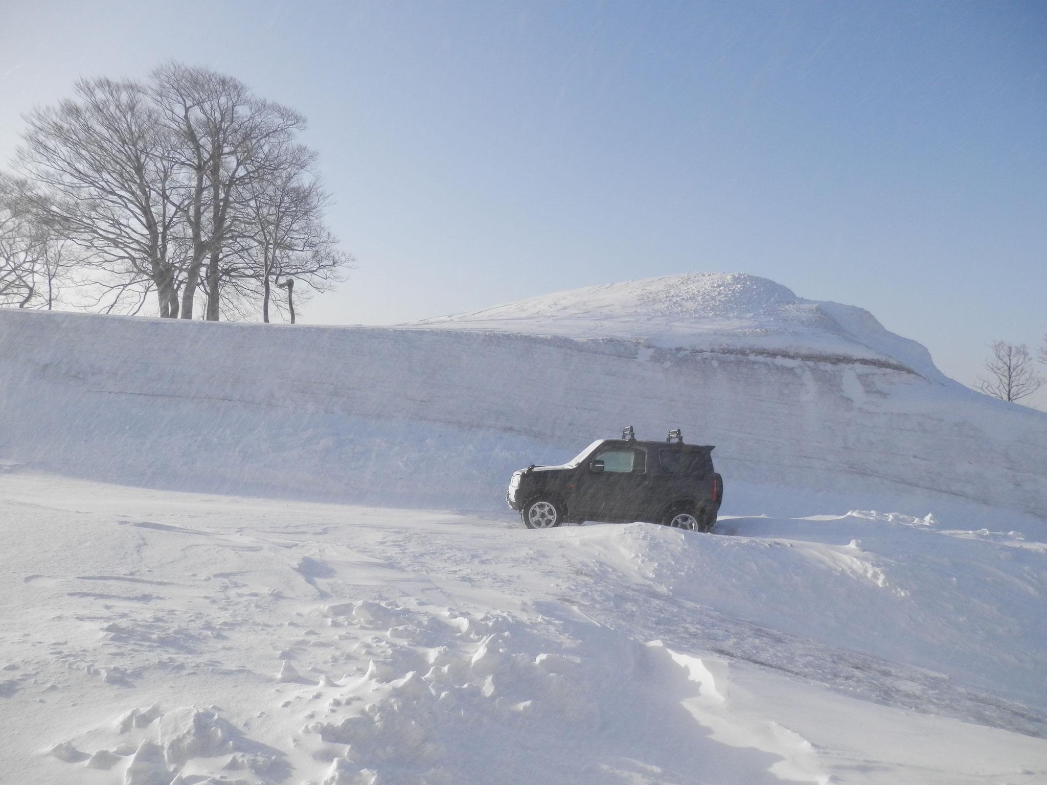 吹雪で雪が飛ばされてそれほど積もった感はありません