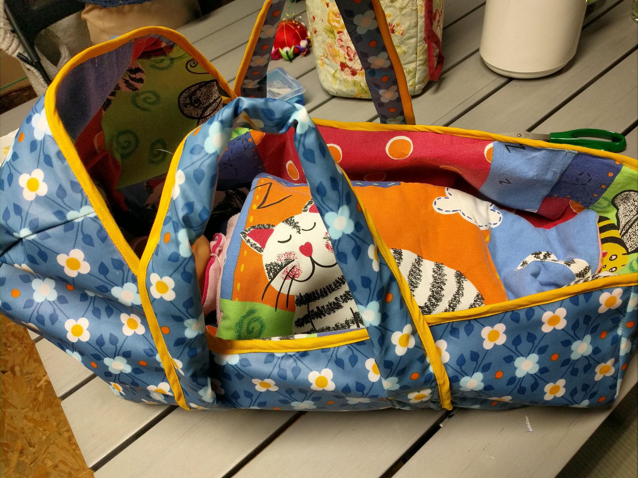 een reiswieg voor poppen, gemaakt in het naai-atelier