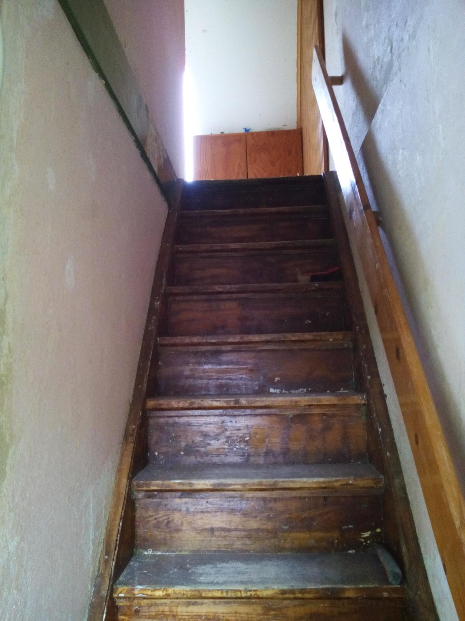 Holztreppe ist mit grünem Lack überzogen gewesen