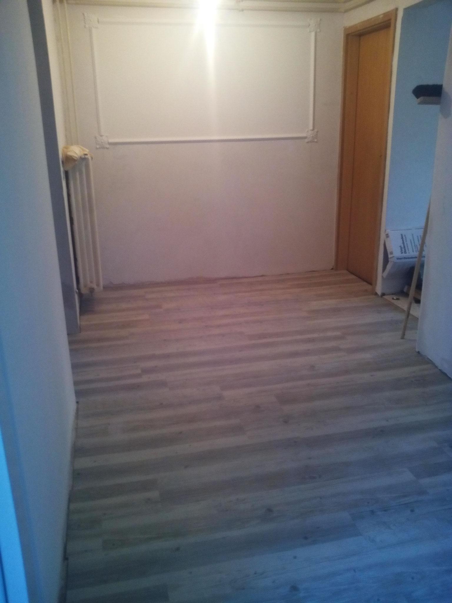 Küche nach Fertigstellung: glatt gespachtelte Wände,Vinyl-Fußboden