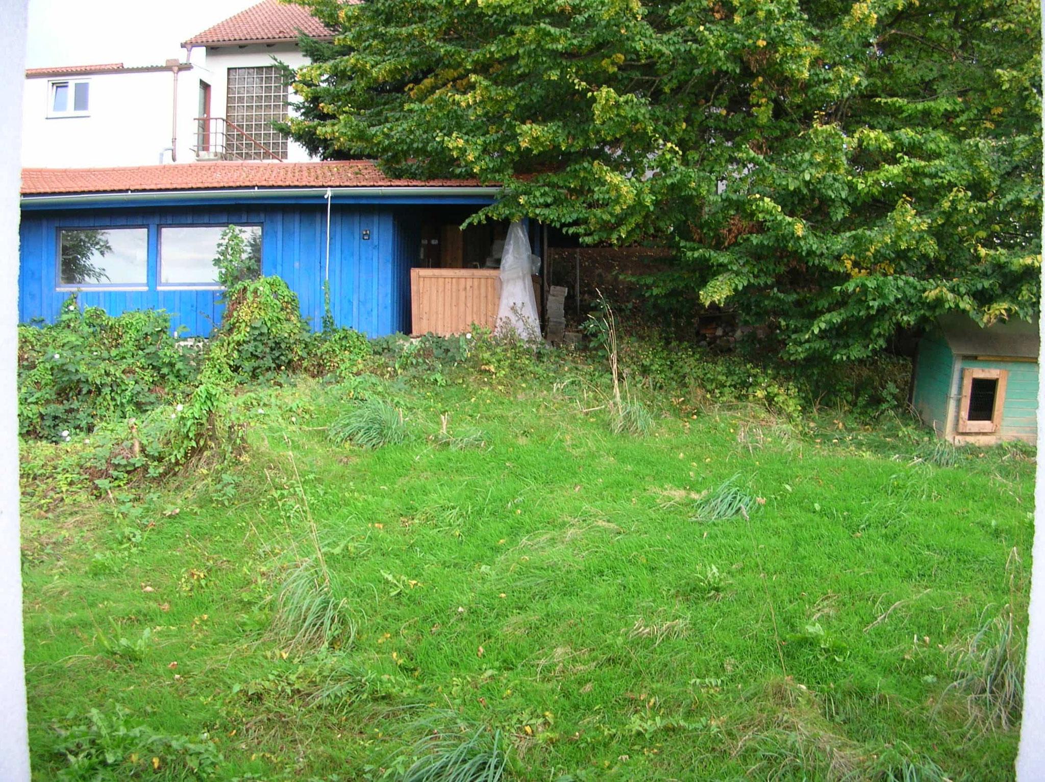 vor dem Gartenhaus, eher links