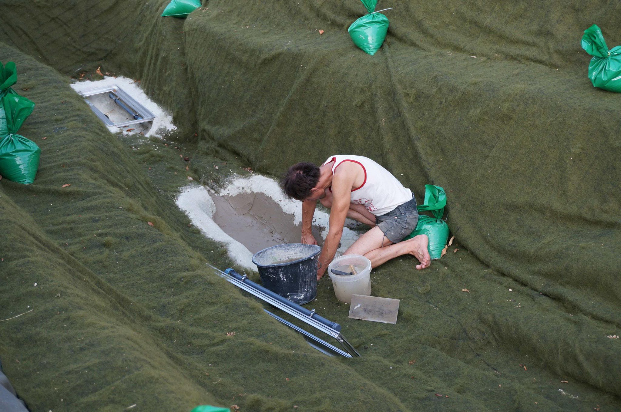 Volker verputzt die Sedimentfallen