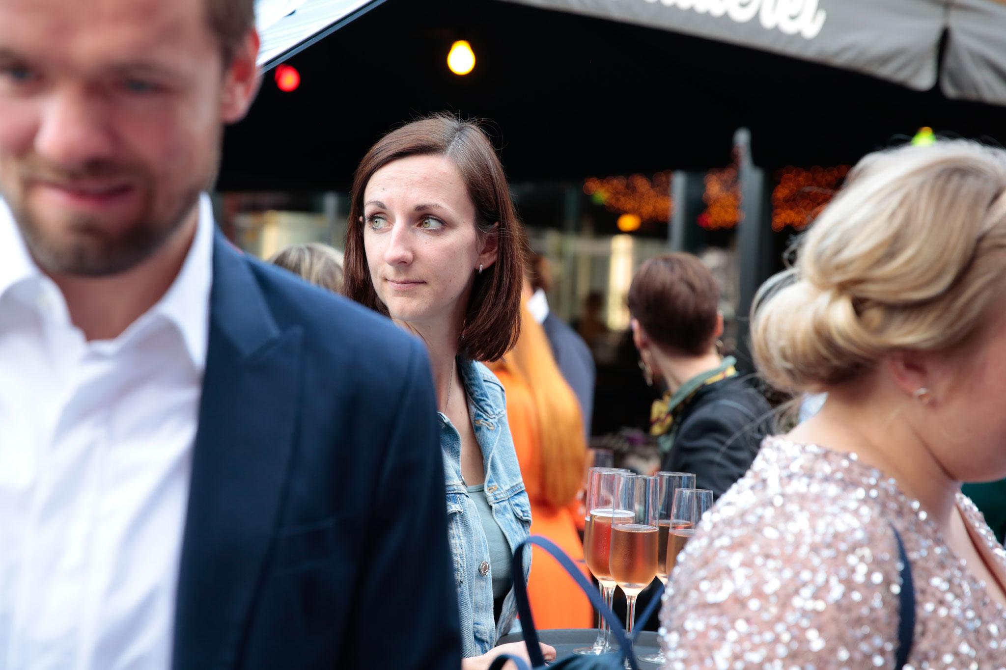 2018 - Christina, eine der Inhaberinnen, bringt den Secco an den Mann und an die Frau. Fotocredit: Swanhild Kruckelmann
