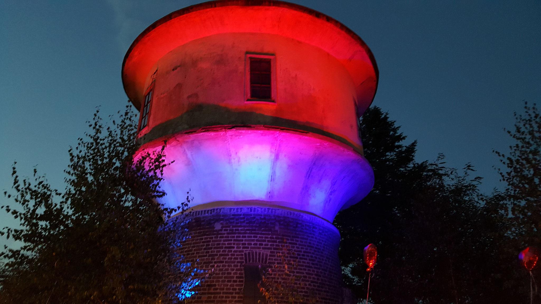Ein mittels LED Scheinwerfern illuminierter Wasserturm in Gielsdorf