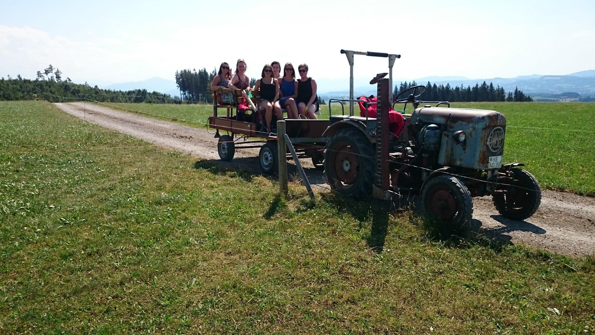 Ausfahrt mit dem Traktor mit Kutsche