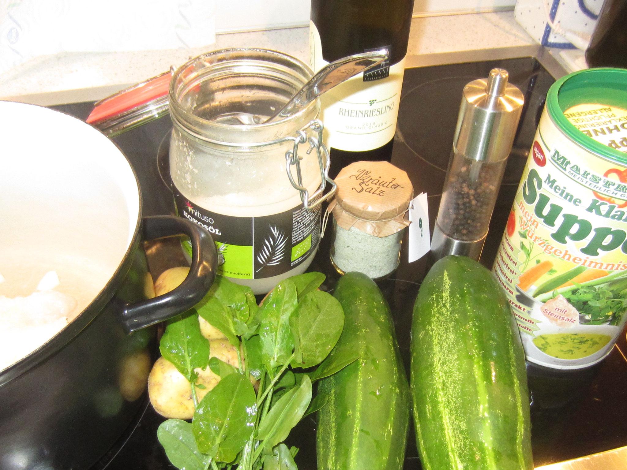 zutaten: zwei gurken, einige blättchen sauerampfer, kräutersalz, weißwein, pfeffer, 1 El kokosfett, drei kartoffeln, ein bisschen gemüsesuppenwürze