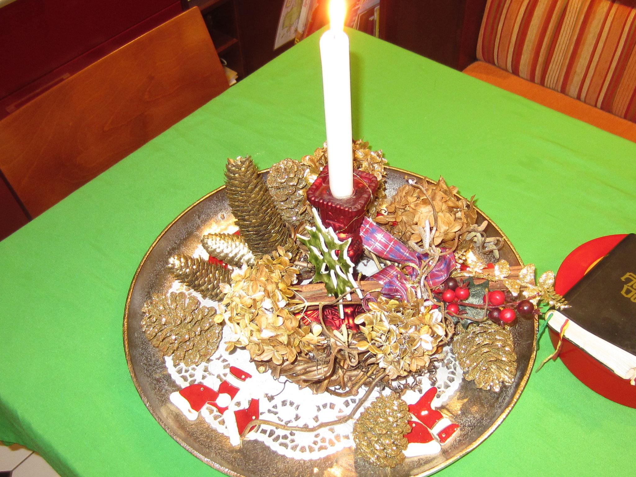 adventkranz 2016 - zwei Wilderweinrutenkränze übereinander mit vier Hortensienblüten und Fichtenzapfen - diesesmal nur eine kerze - die farbe gold dominiert