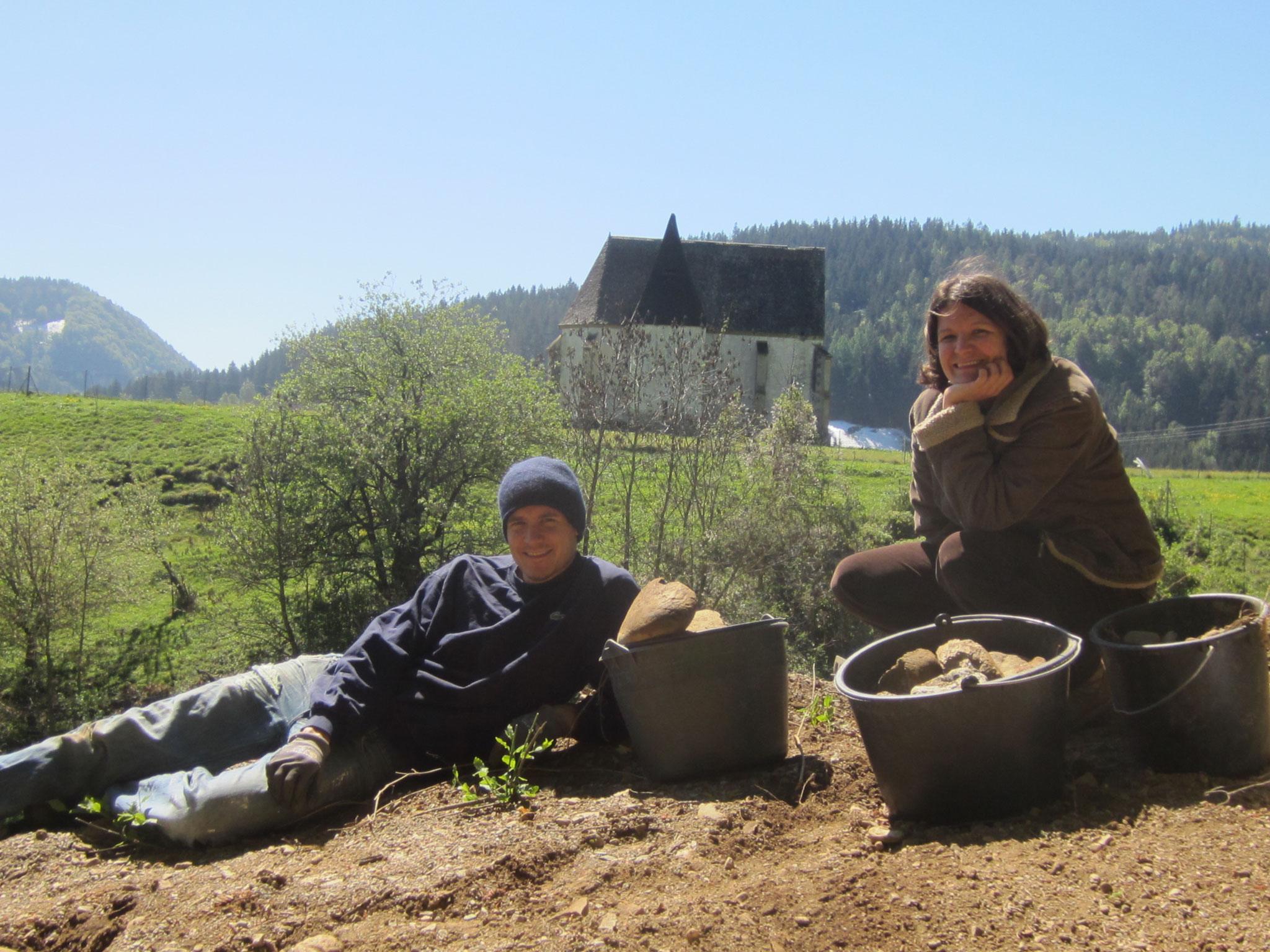 anna-katharina und paul - fleißige helfer beim steineklauben
