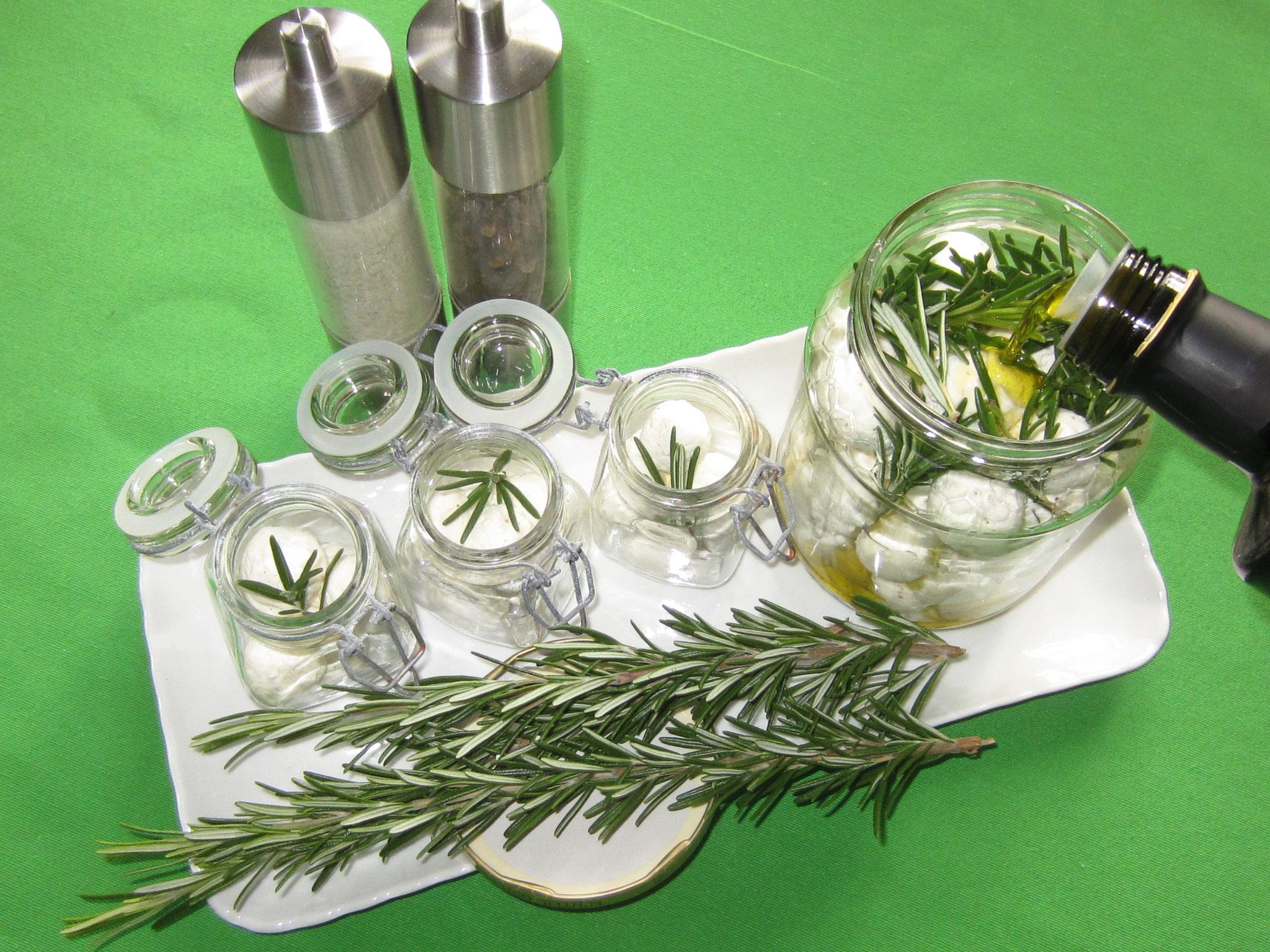 und mit olivenöl aufgießen, sodass sie schön bedeckt sind. hält im kühlschrank gut ein bis zwei monate!