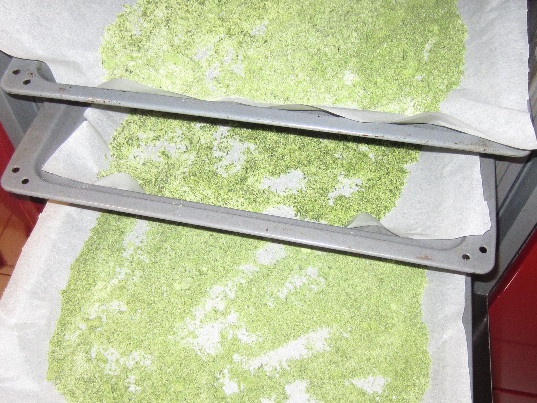 ... im leicht geöffneten backrohr bei 50°c trocknen und anschließend auskühlen lassen und ab ins glas, mit deckel verschließen