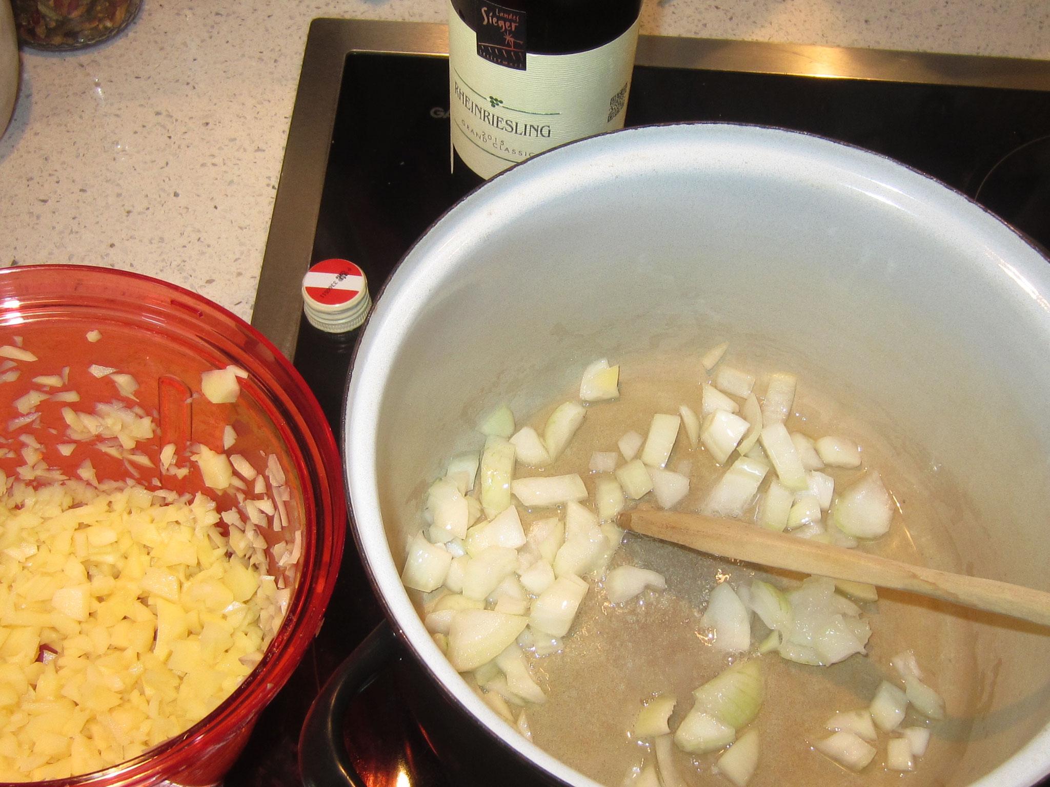 grob zerkleinerte zwiebel in kokosfett leicht anschwitzen, kleingeschnittene kartoffeln dazu