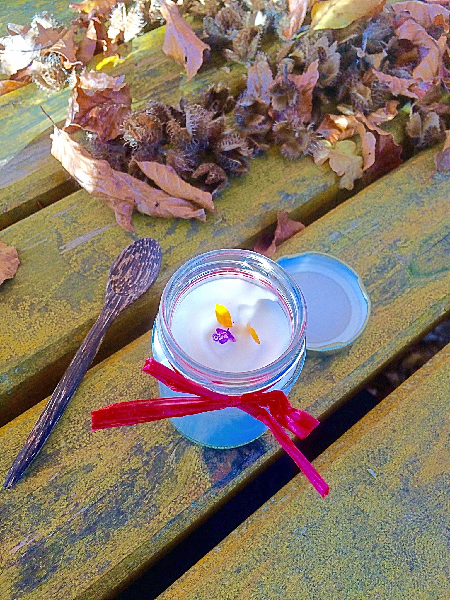 Nachspeise: Holundercreme mit Ringelblumen- und Pfefferminzblüte