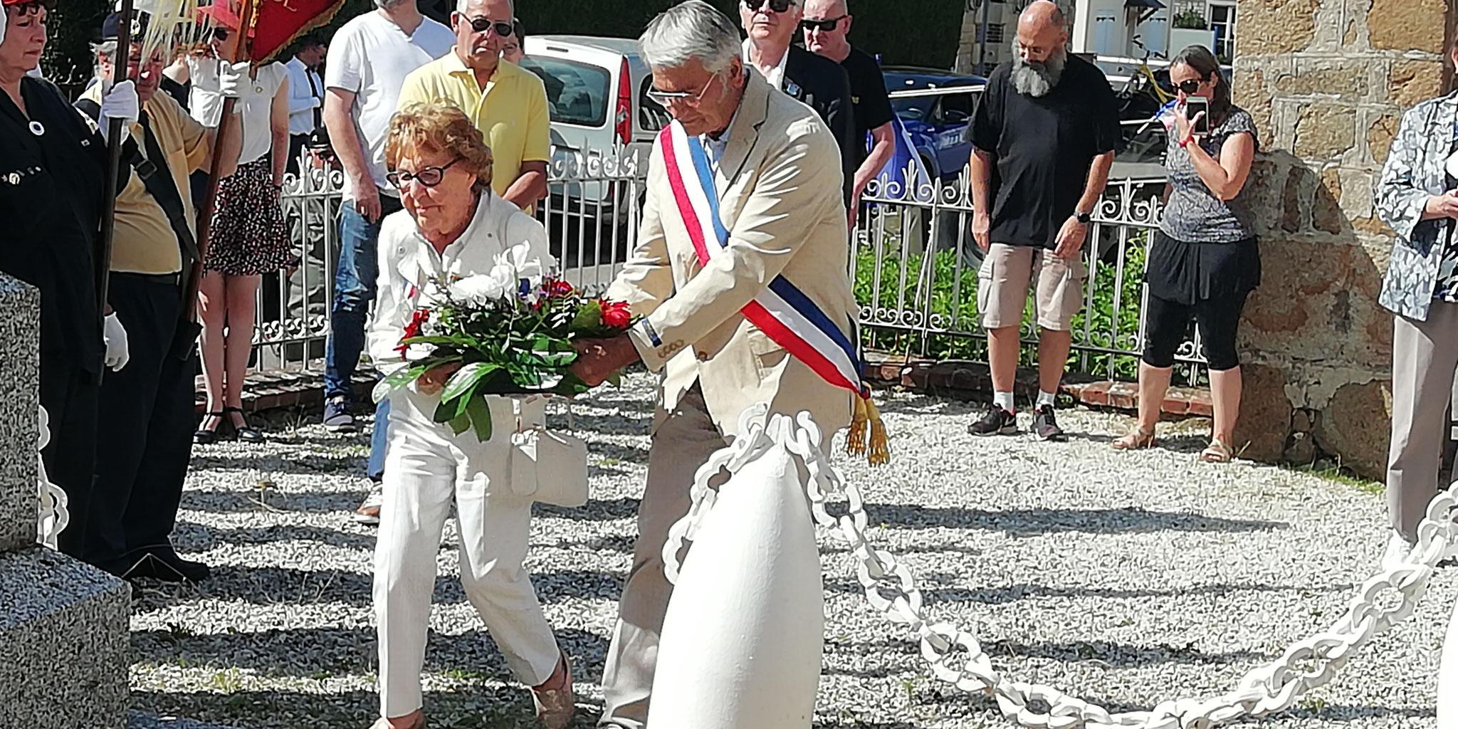 Remise d'une gerbe par Mme Lajonc (Résistante) et Mr Christophe (Maire)