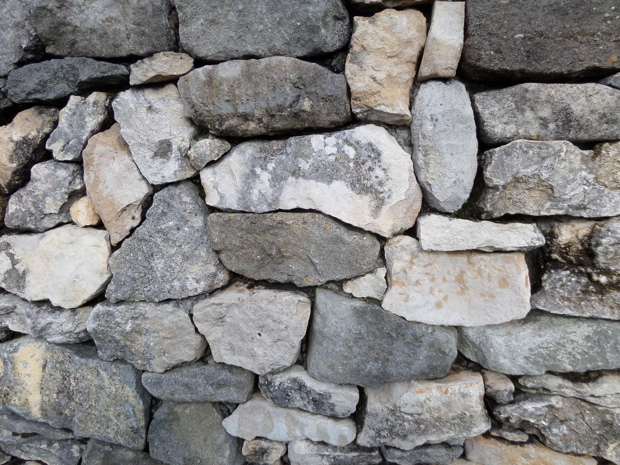 façade de mur en pierre sèche d'Aragon ou tableau de Mondrian ,