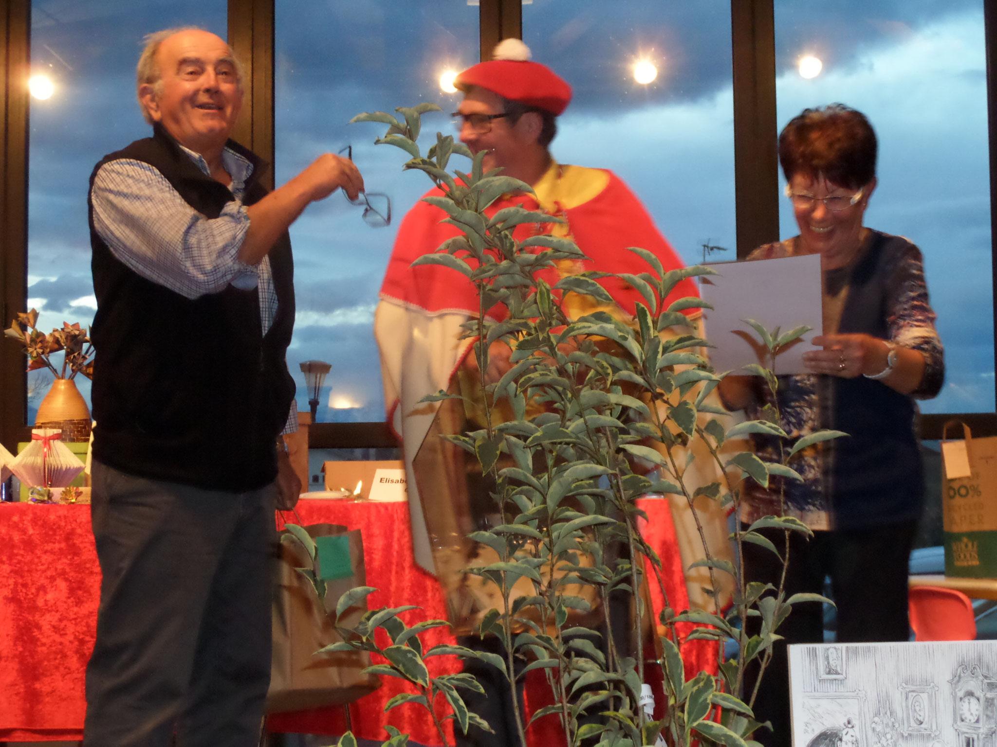 l'ancien Maire José Montaut gagne un des lots de la loterie