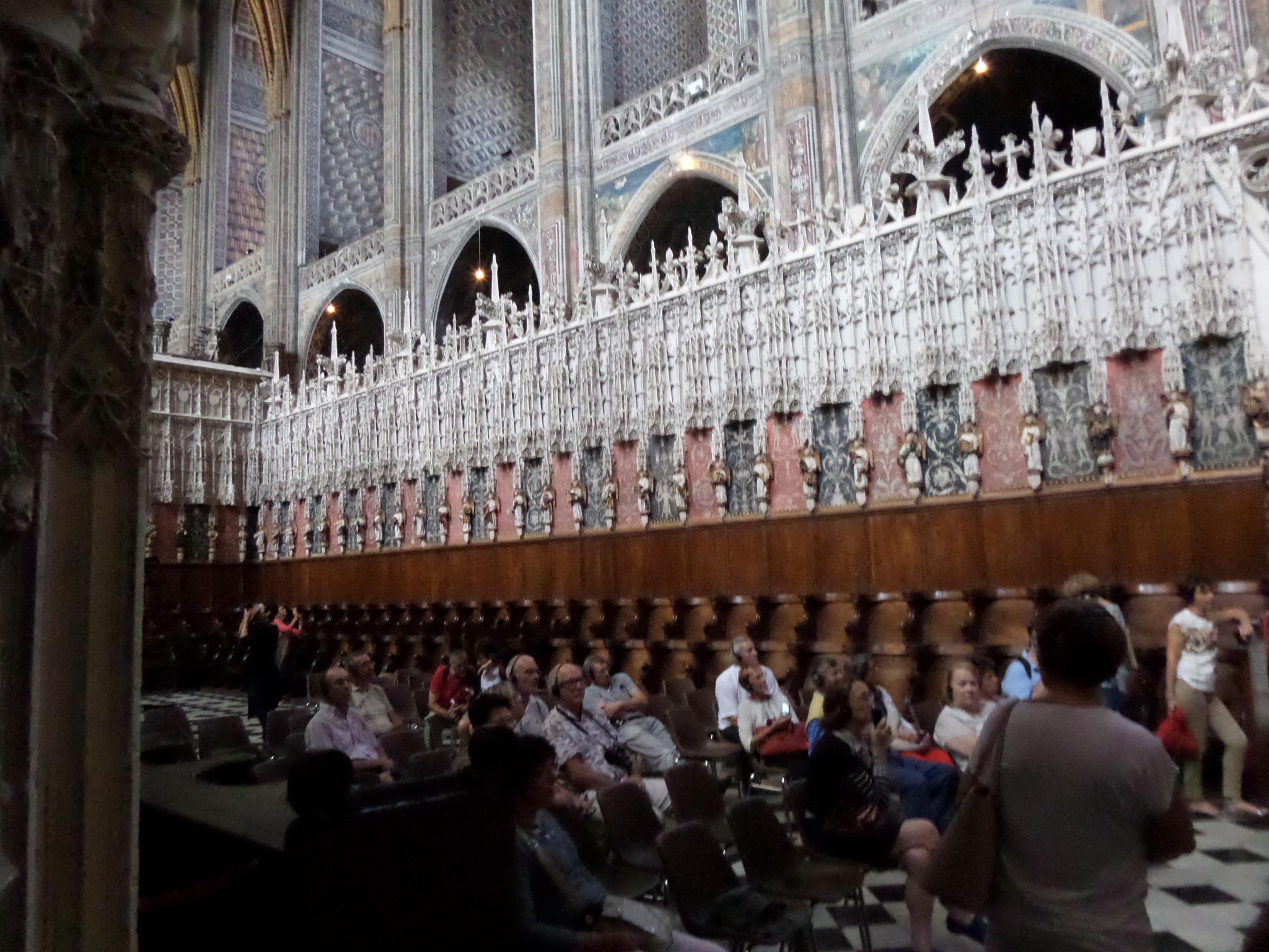 le jubé, véritable dentelle de pierre blanche, clôture du choeur est orné de plus de 270 statues ciselées