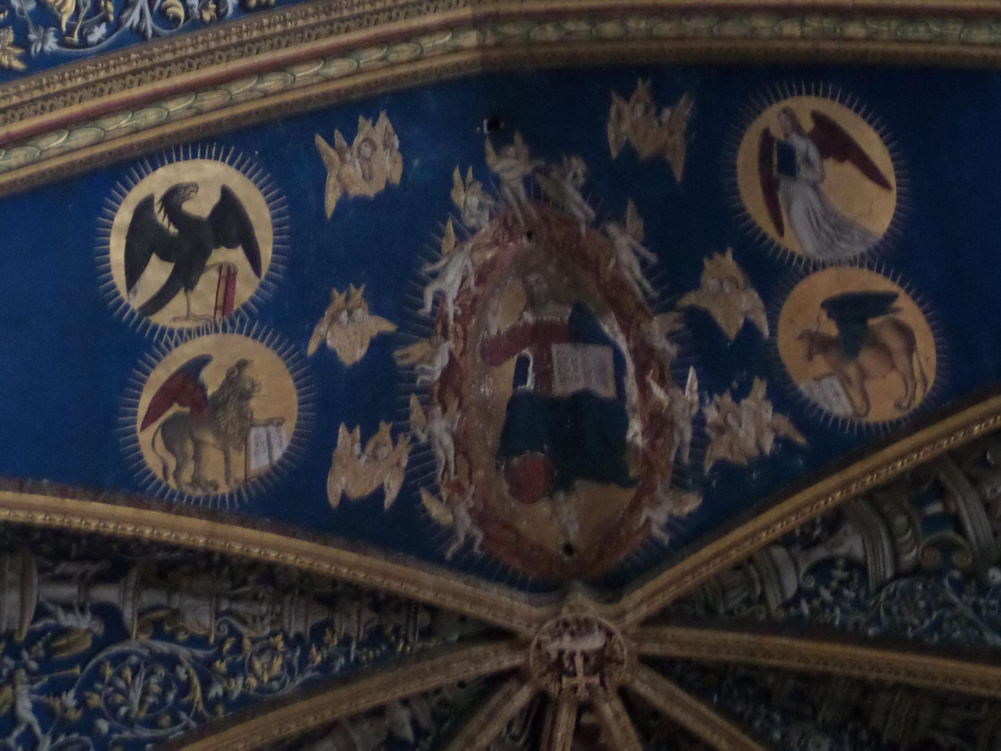 Les murs et les voûtes sont entièrement peints. Les fresques s'étendent sur les douze travées.
