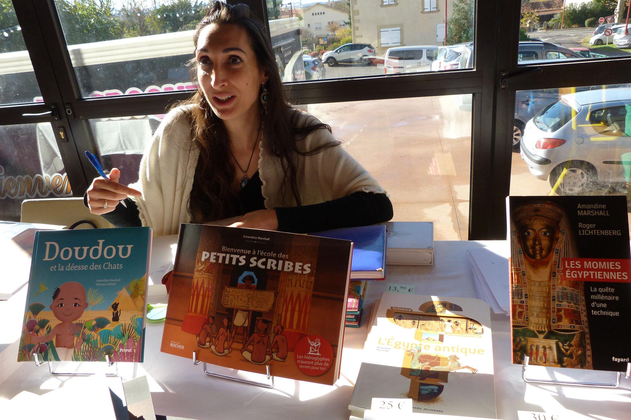 l'égyptologue Amandine Marshall et 2 de ses 10 livres