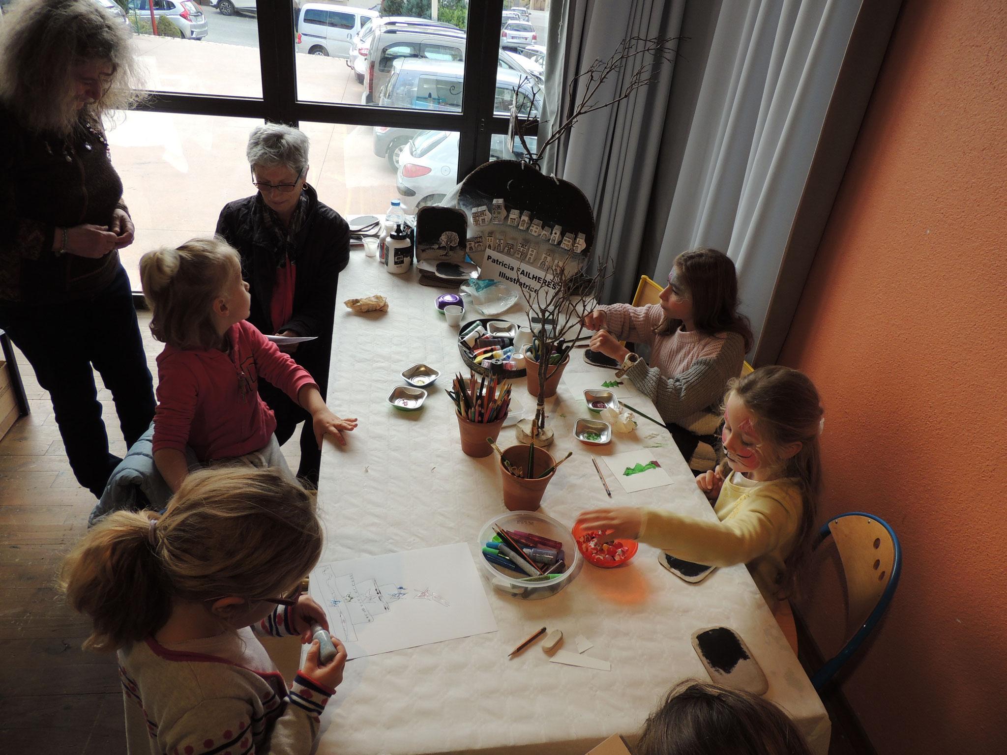 DSCN7000 Adultes et enfants avec l'illustratrice Patricia Failhères