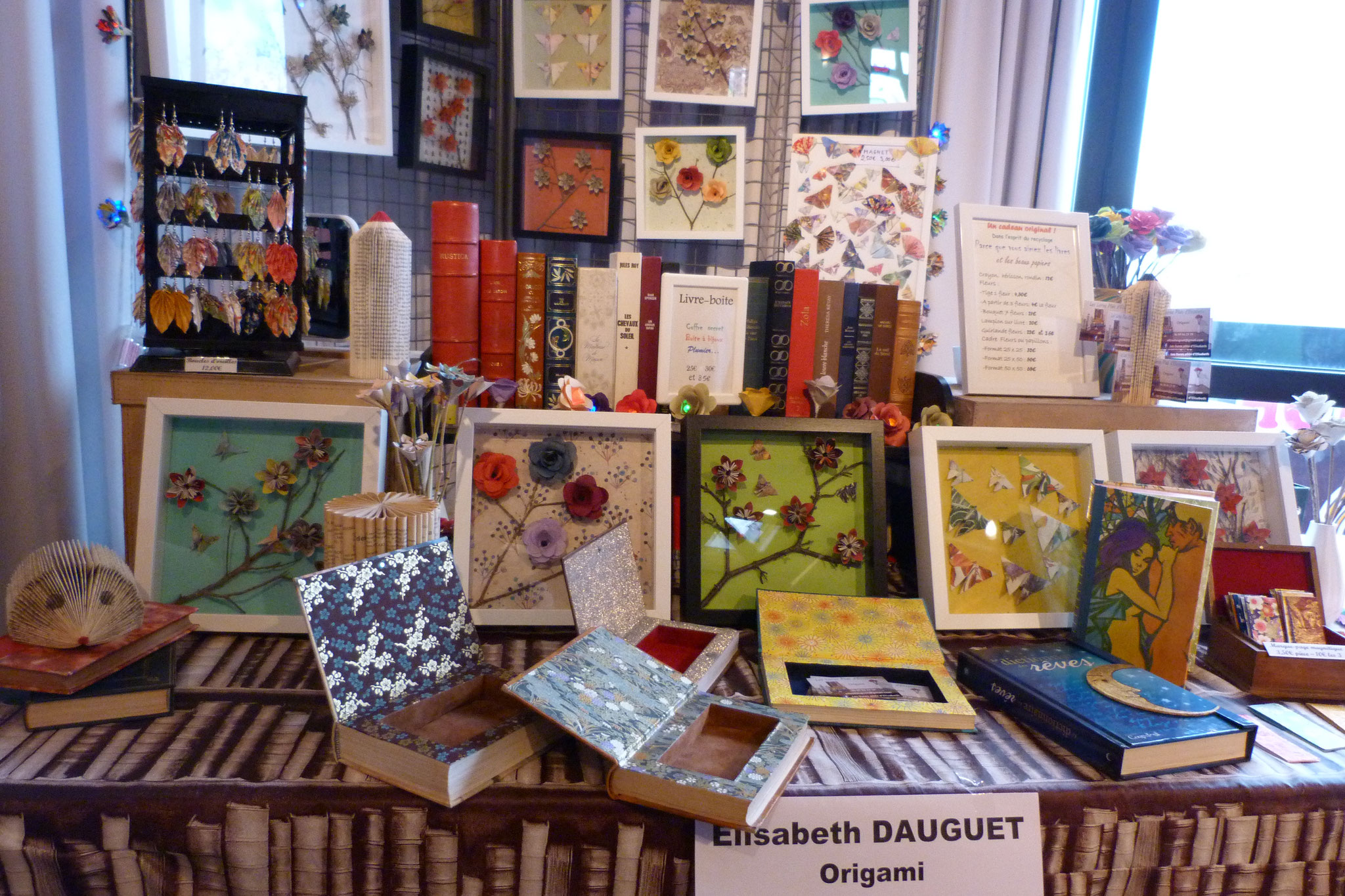 stand d'Elisabeth Dauguet ses cadres et ses origamis sur livres