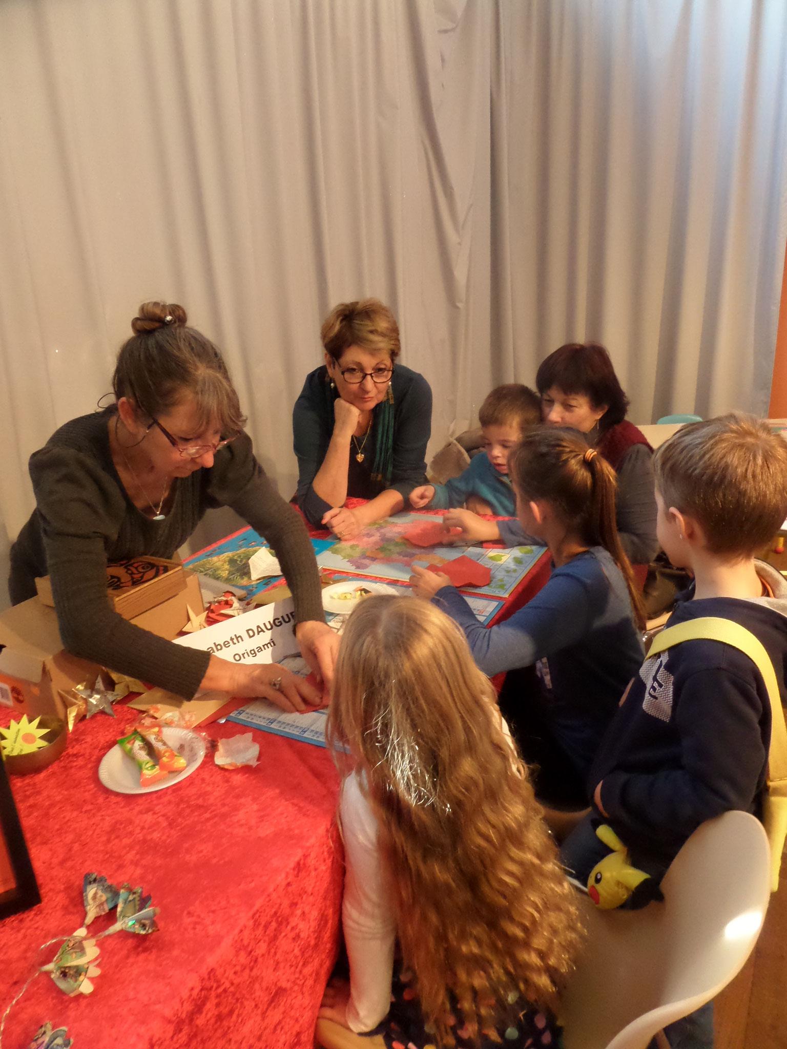 Elisabeth Dauguet initie à l'origamie