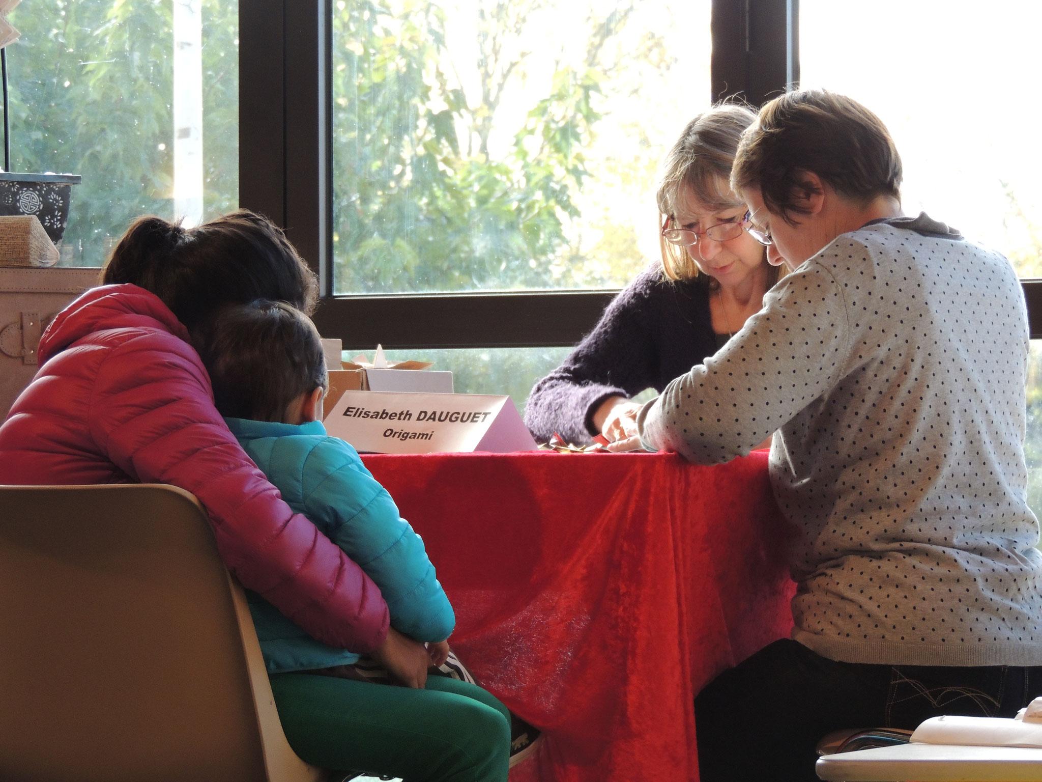 l'Origami avec Elisabeth Dauguet pour les plus jeunes comme pour les adultes