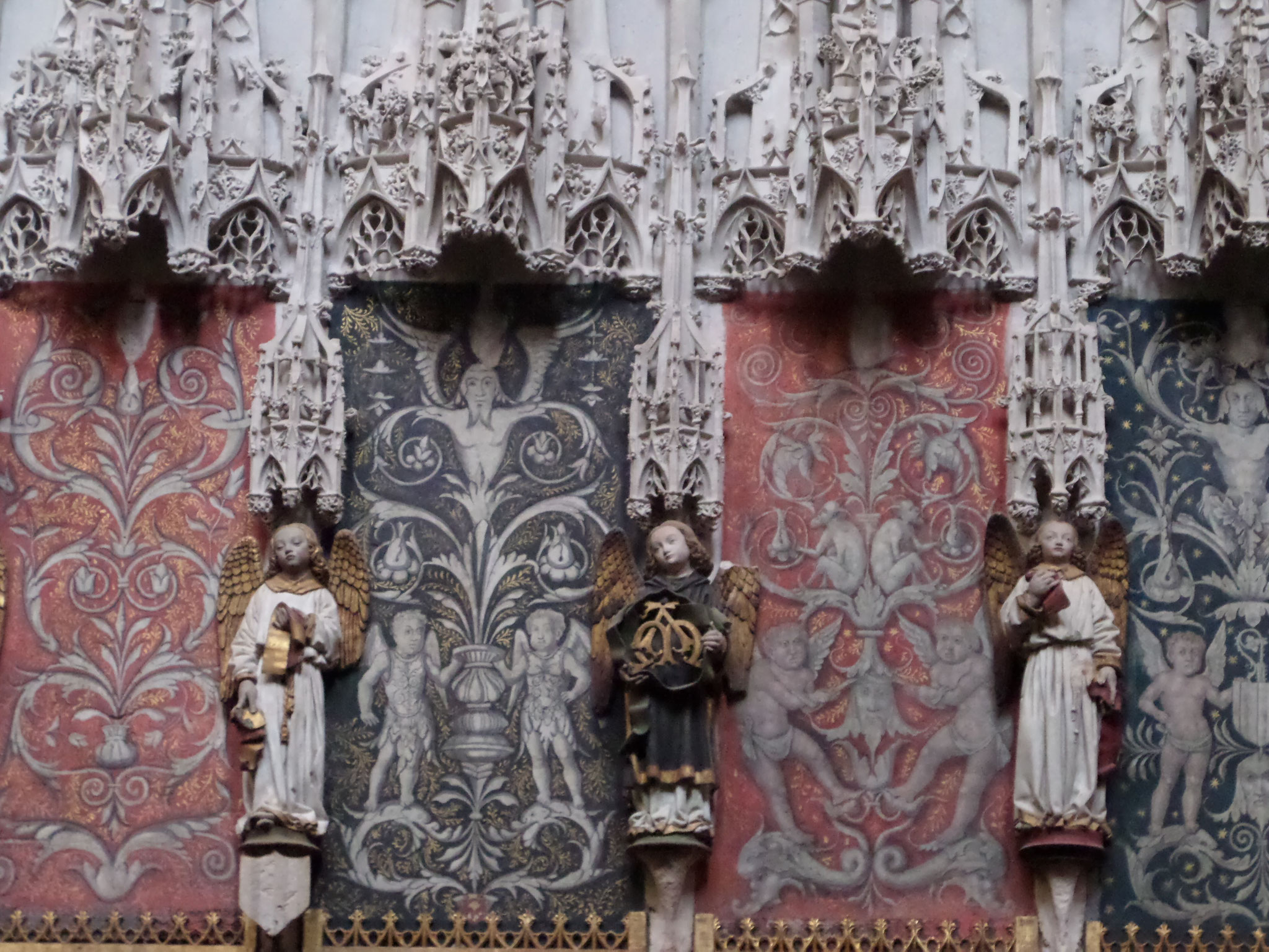 la clôture du choeur est ponctuée de 33 personnages de l'Ancien Testament, parmi lesquels on distingue deux femmes Esther et Judith ( Judith possède de splendides vêtements)