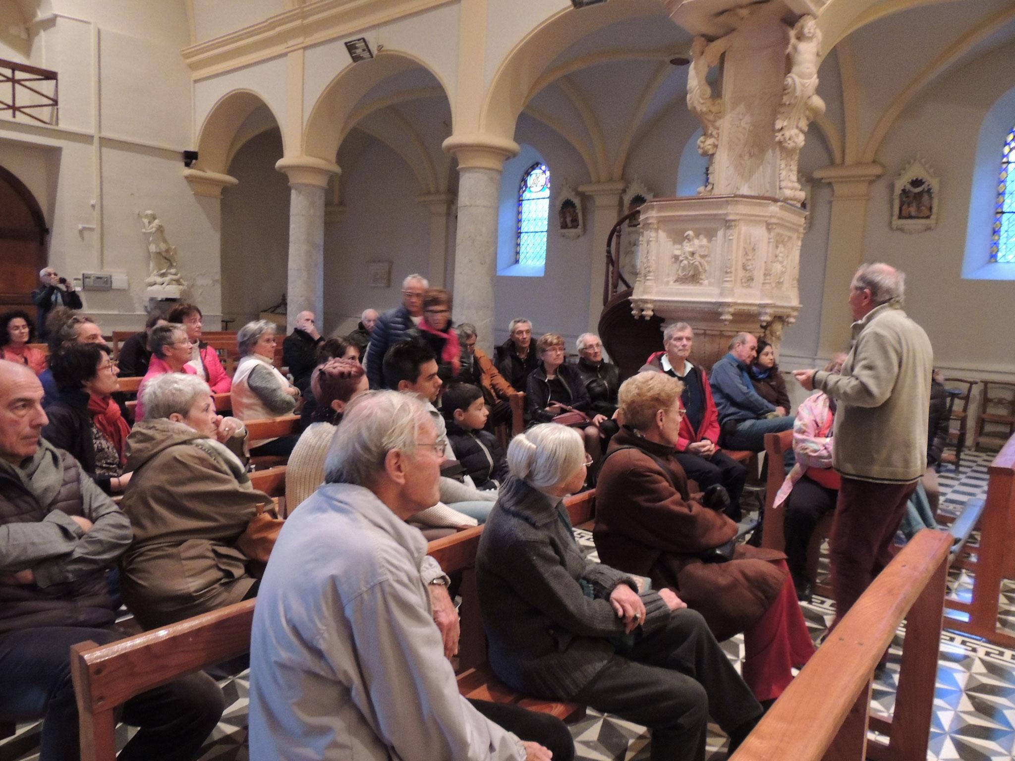 dans l'église classée aux M.H. le public attentif aux explications de Jacky PUJO