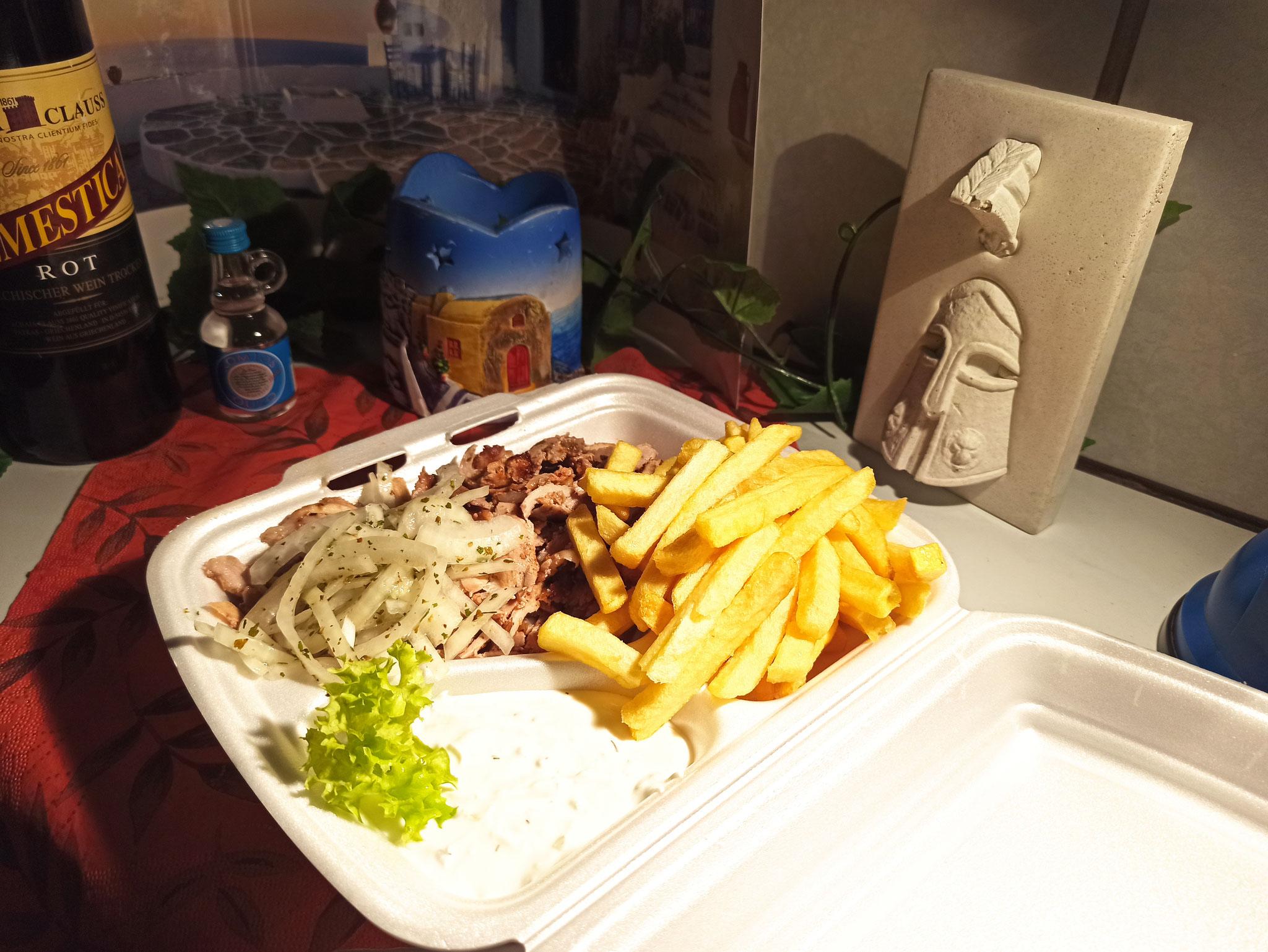 Der Klassiker: Gyros mit Pommes, Zwiebeln und Zaziki... lecker!