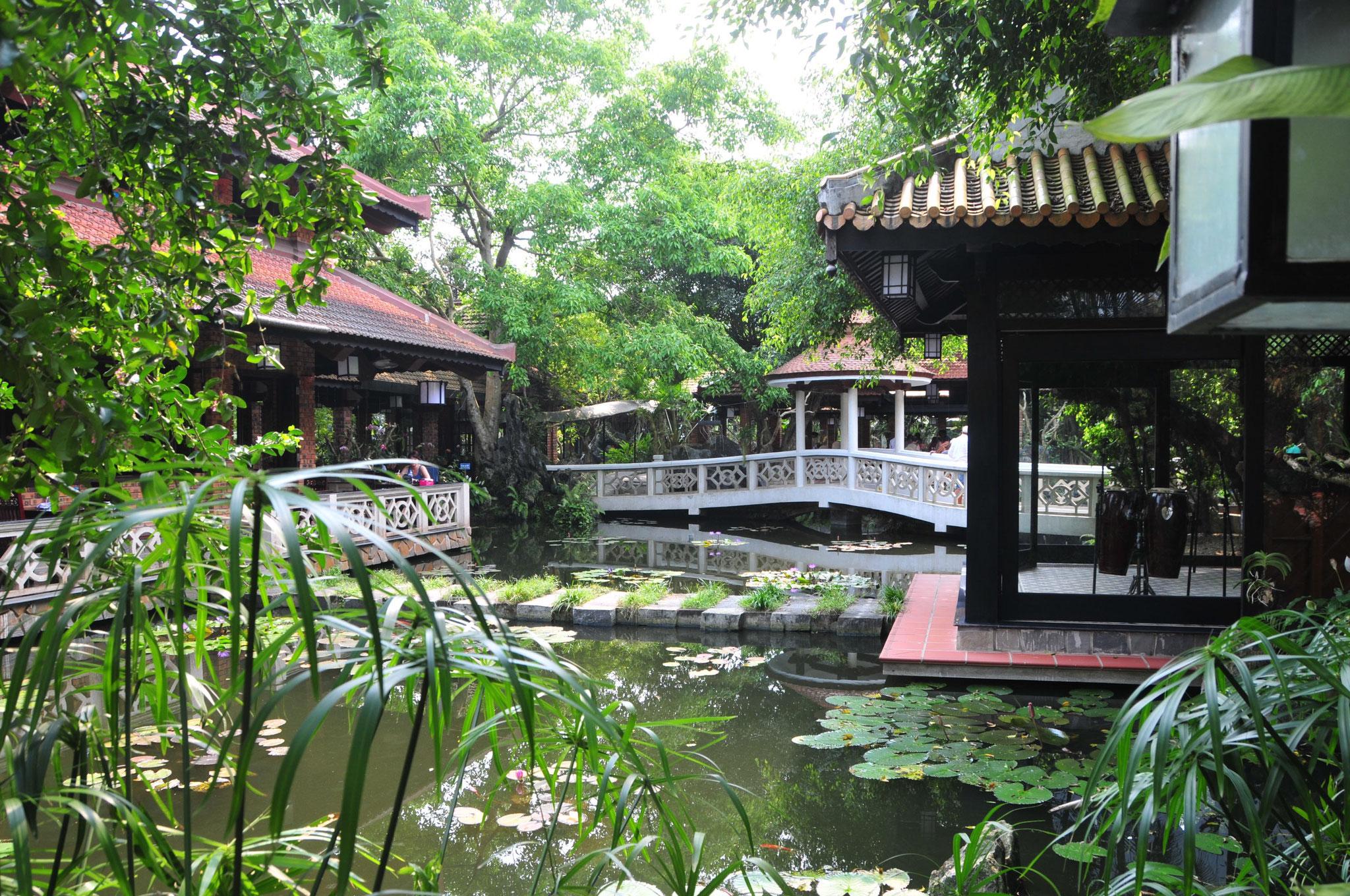Feines Essen in einer wunderschönen Gartenanlage auf  dem Weg von Hue in Richtung Flughafen