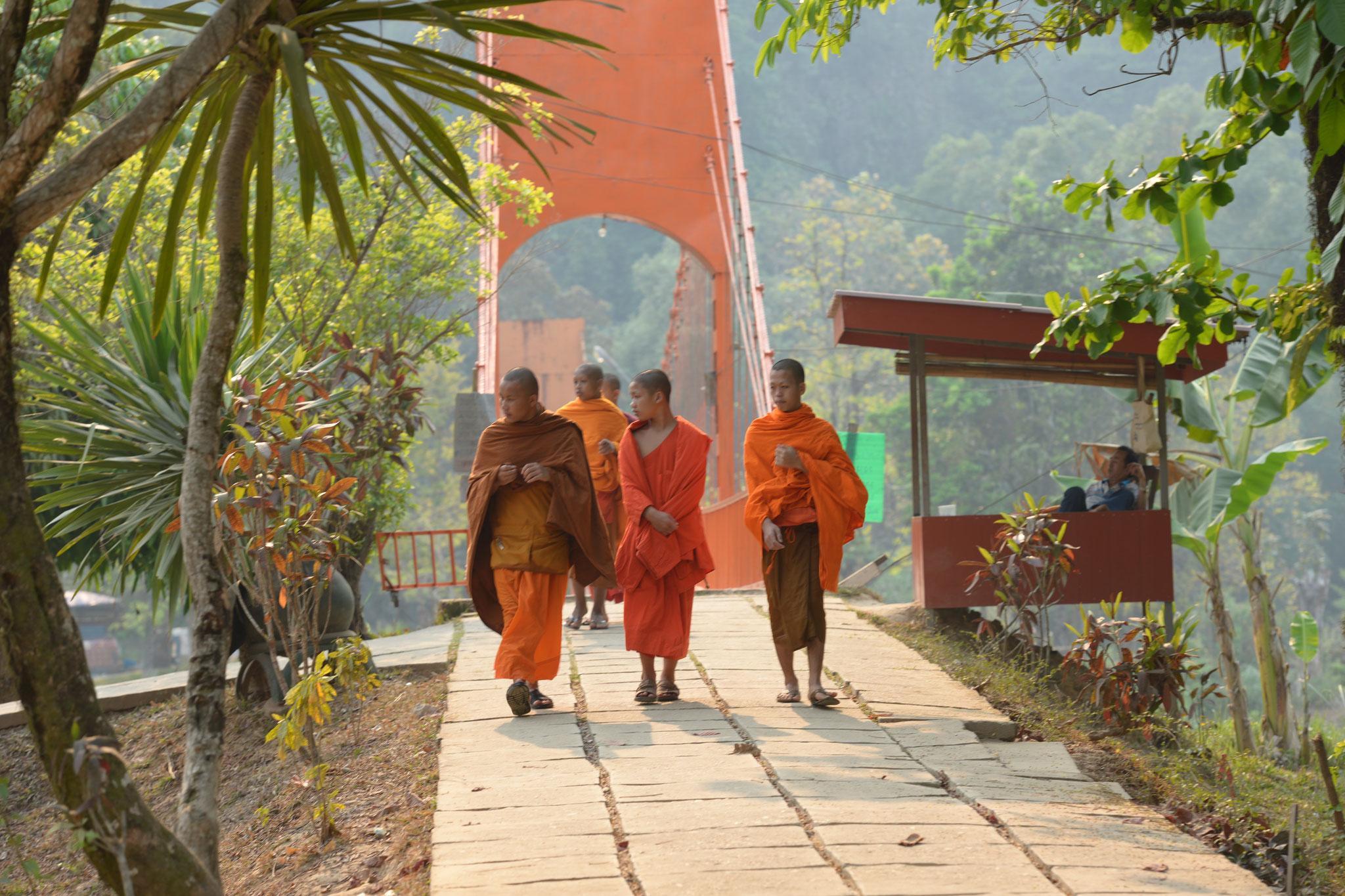 Wir begegnen einigen Mönchen, welche auch eine Tour machen