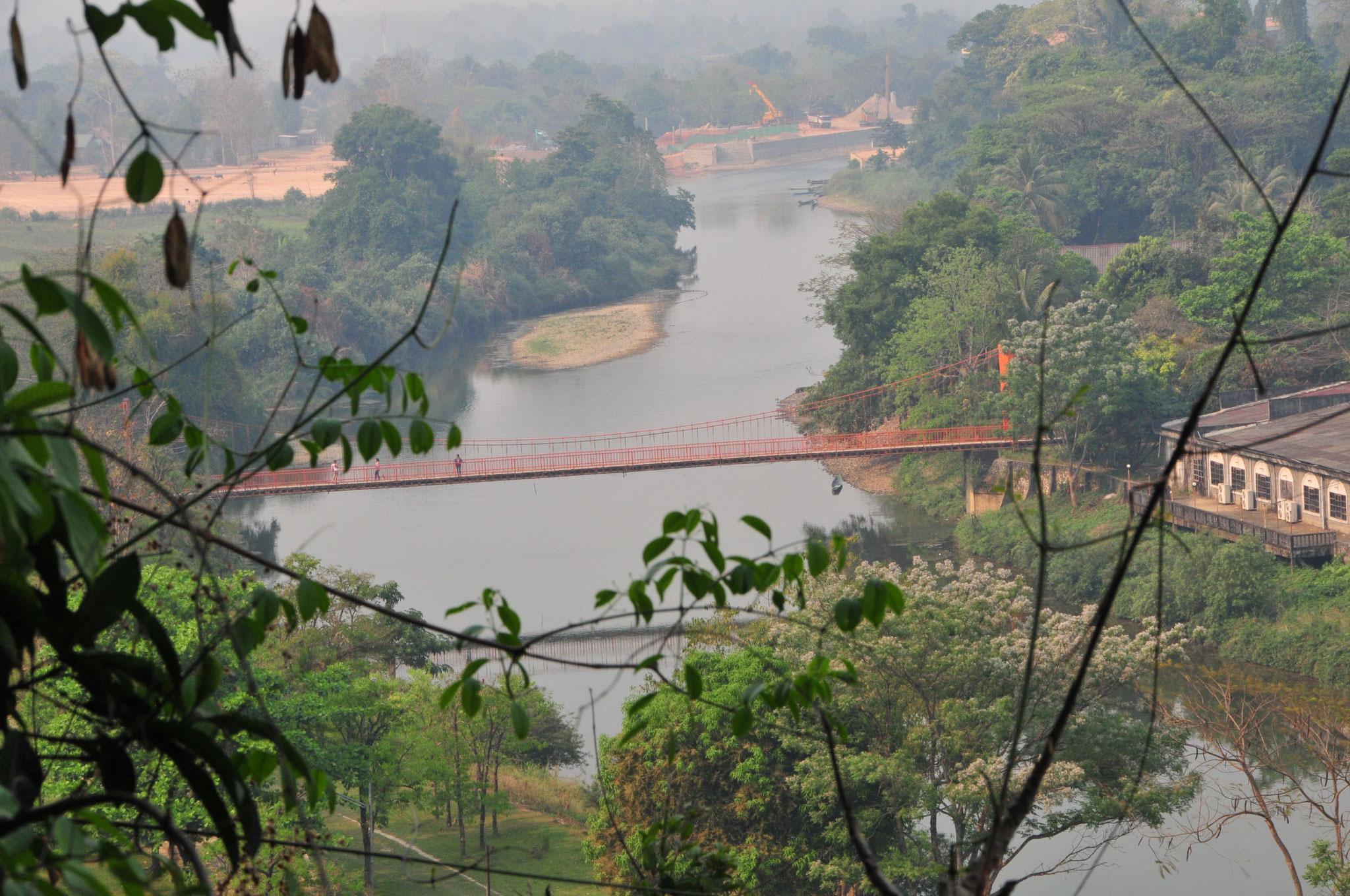"""Blick von den Höhlen zurück auf die Brücke über den Fluss """"Song"""""""