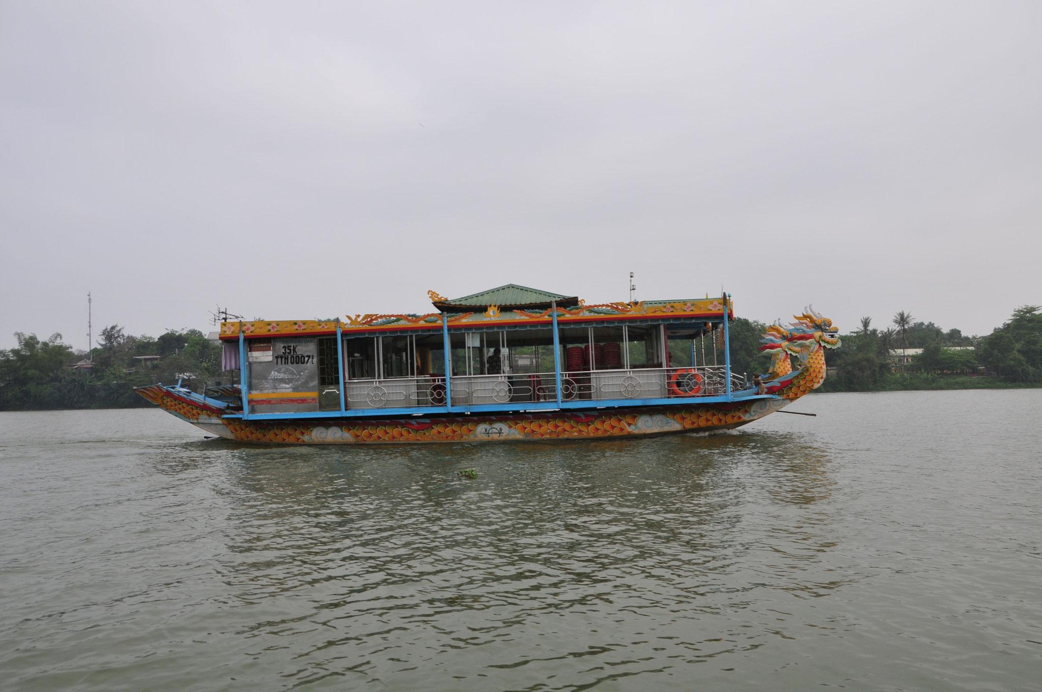 Auf dem Perfume River geht es mit dem Boot zur königlichen Pagode