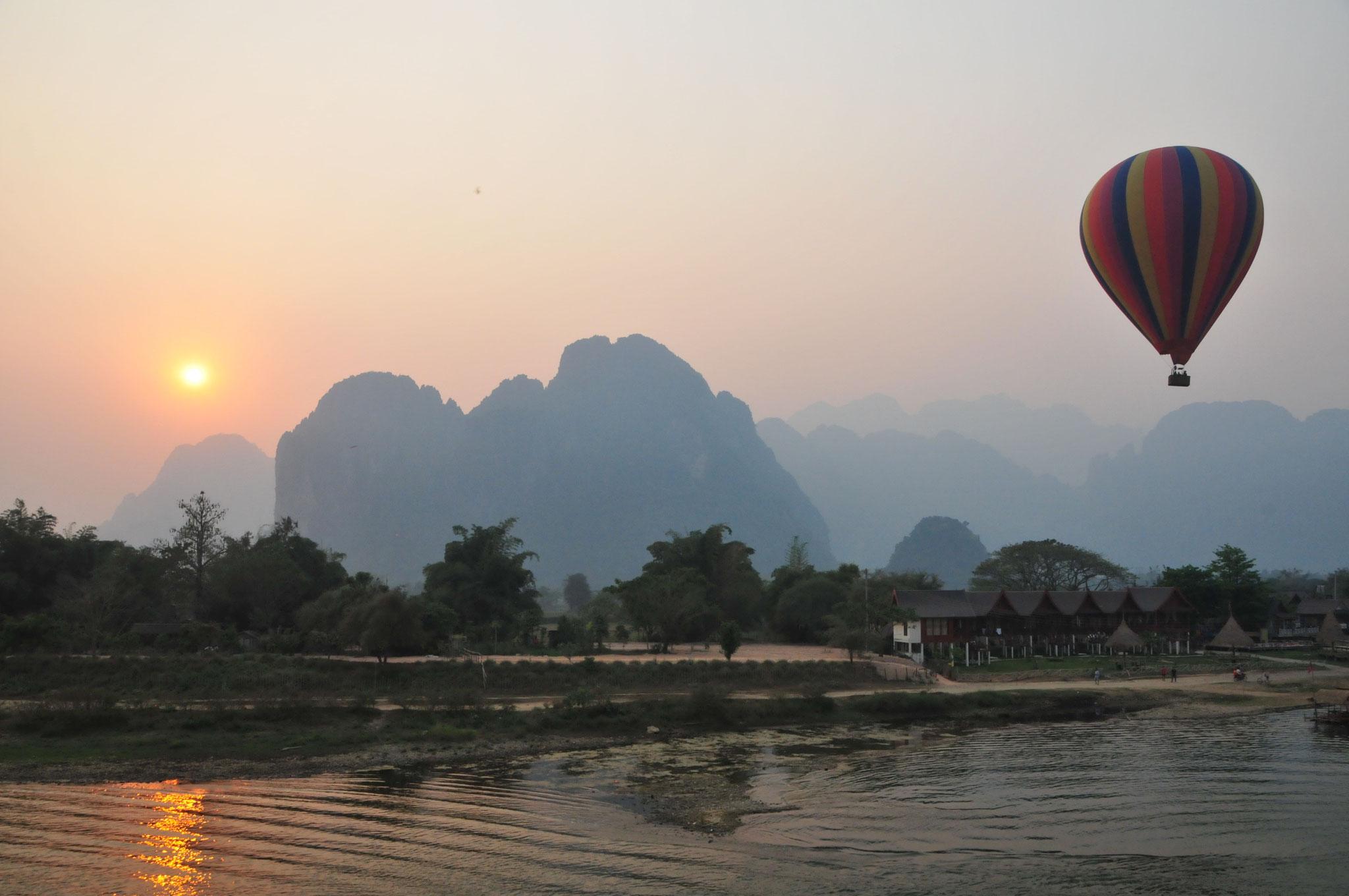 Ein traumhafter Sonnenuntergang, der Blick aus Pool des Silver Naga Hotel