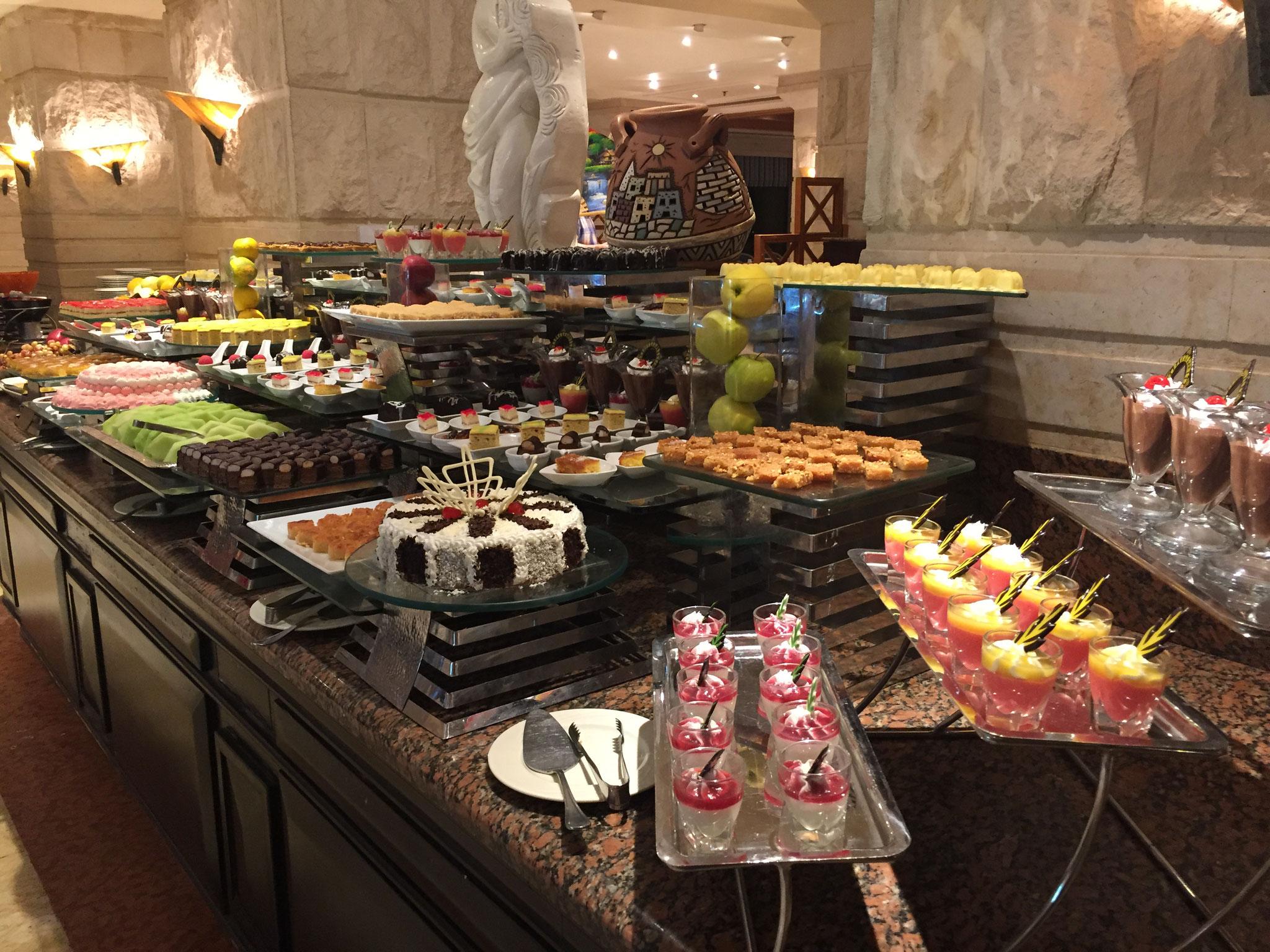 Das Buffet bekommt man nicht auf ein Bild, nicht mal alle Nachspeisen