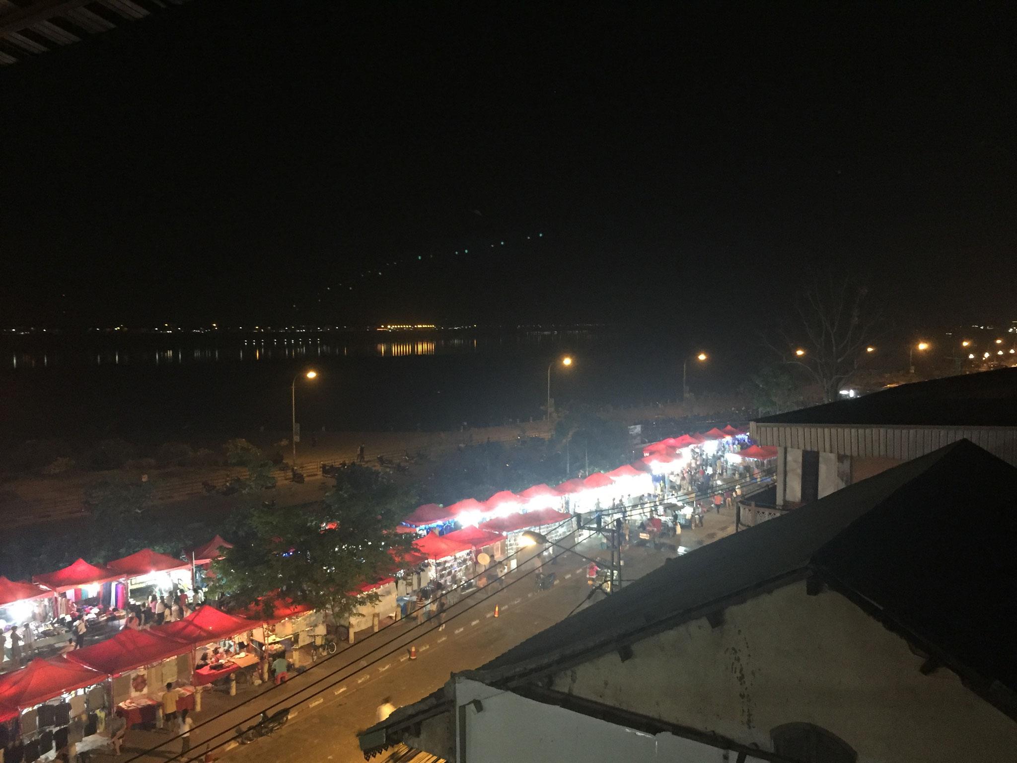 Nach einem kurzen Flug, Ankunft in Vientiane, der Hauptstadt von Laos (Blick über den Nachtmarkt und den Mekong nach Thailand)
