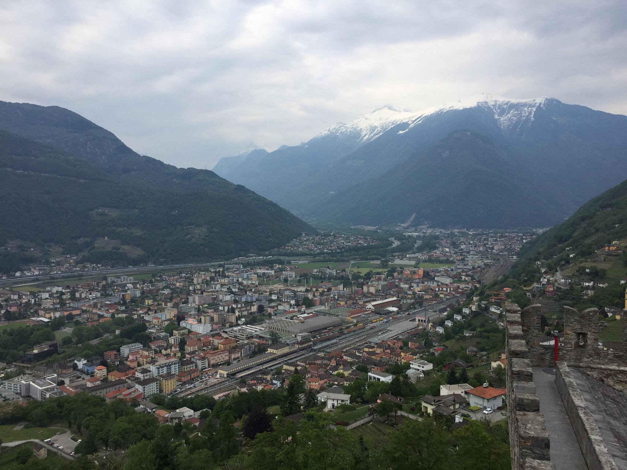 Der Blick in Richtung St. Gotthard (links) und San Bernadino (rechts)