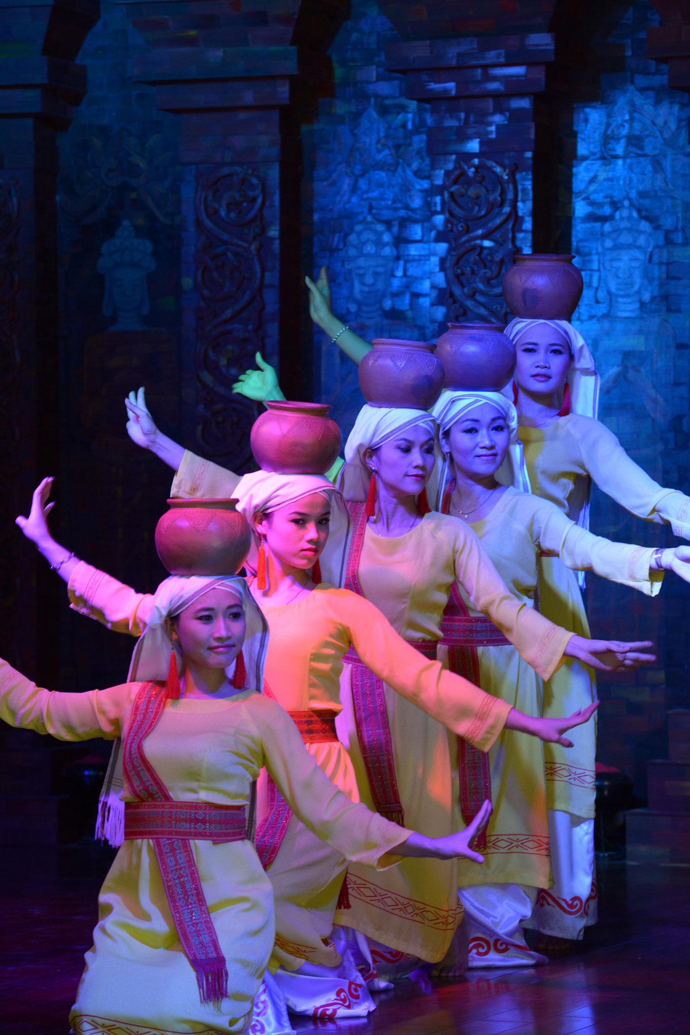 Wir sind Gäste einer Aufführung typischer Ritualtänze