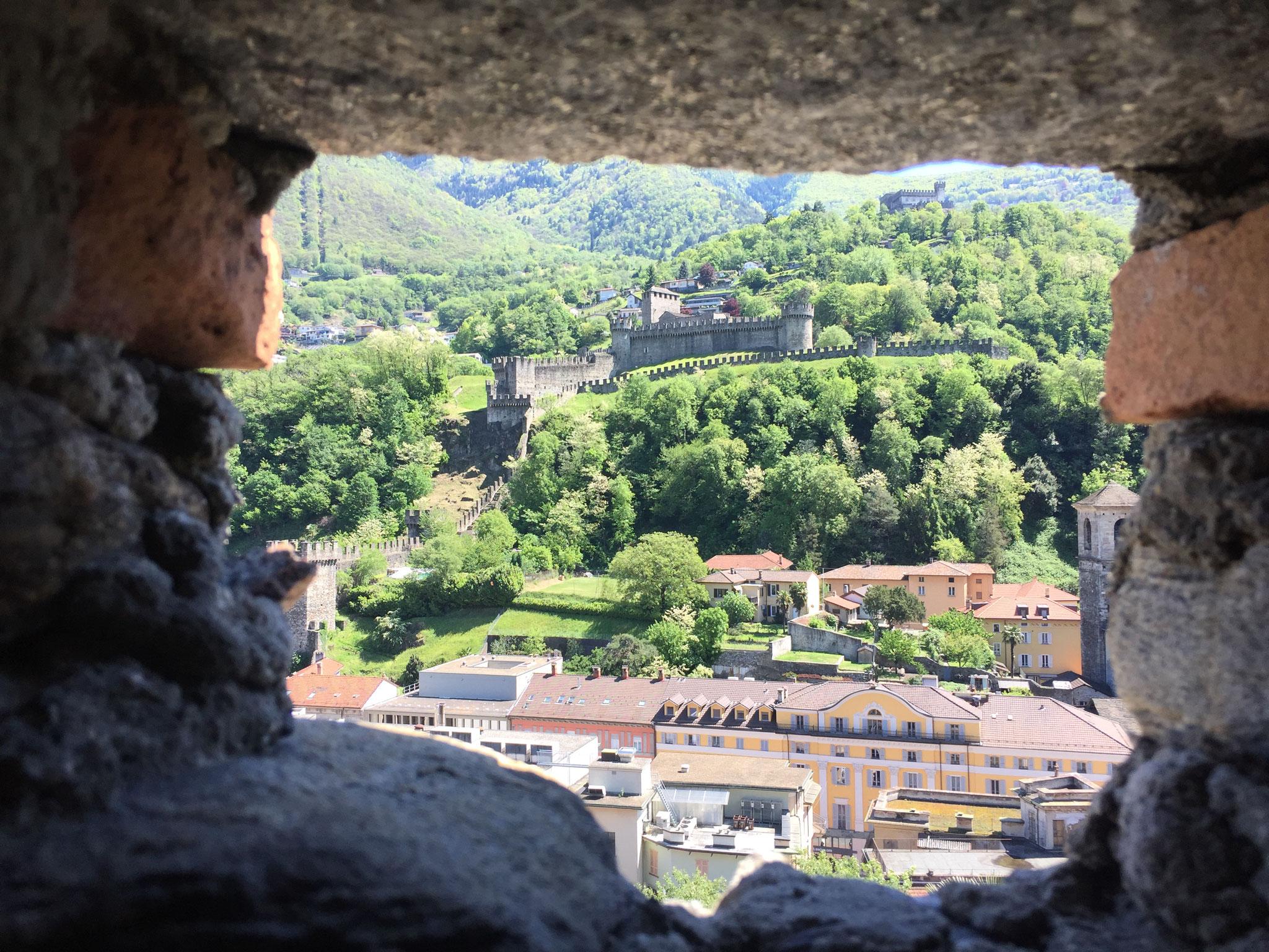 Blick vom Castelgrande auf Montebello und Sasso Corbaro