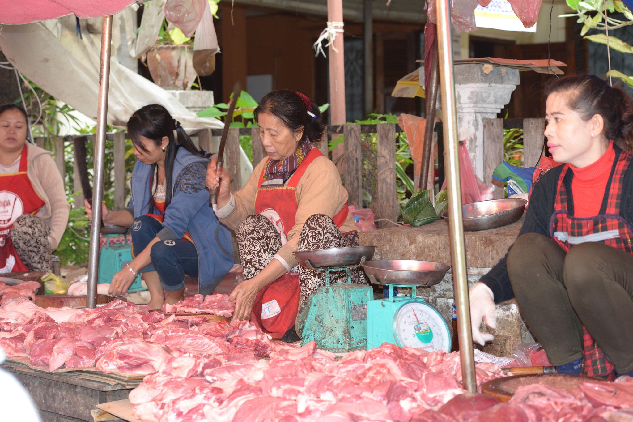 """Besuch des örtlichen Marktes """"Phou Si"""" - nebst üblichen Fleisch und Fisch, gibt es auch..."""