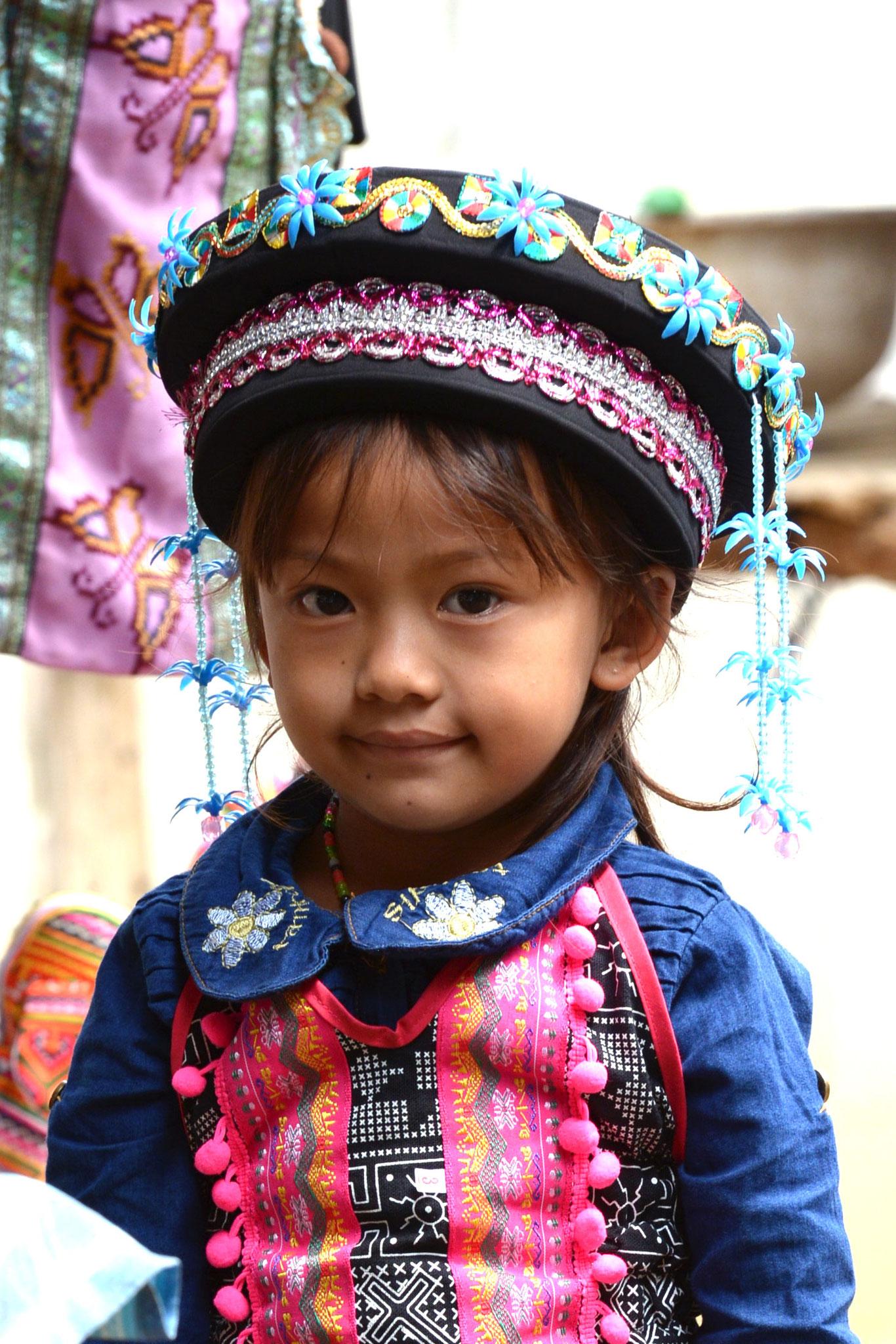 Kinder in laotischen Trachten