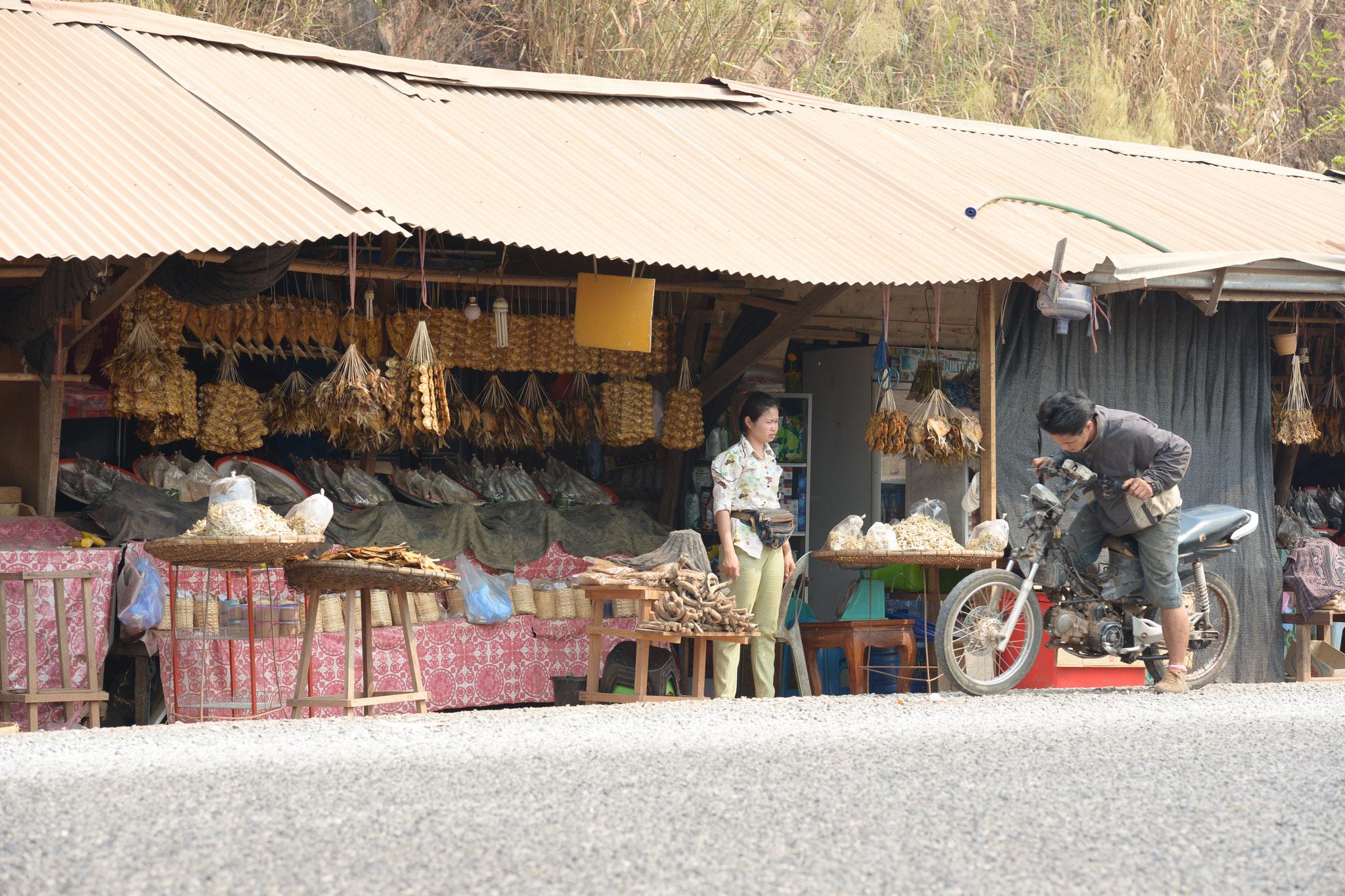 An der Strasse werden allerlei Leckereien verkauft