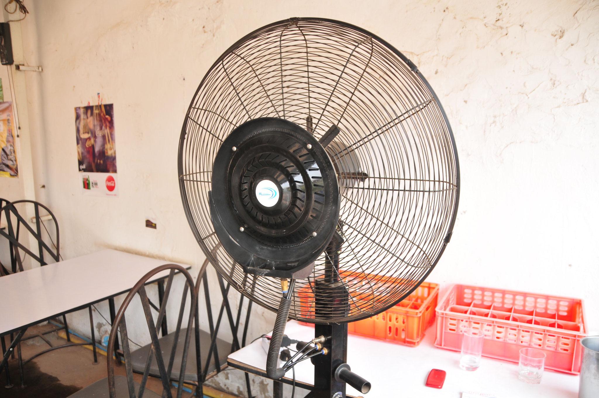 Hier wird Wasser in einen Ventilator gesprayed - ein Luftbefeuchter :-)
