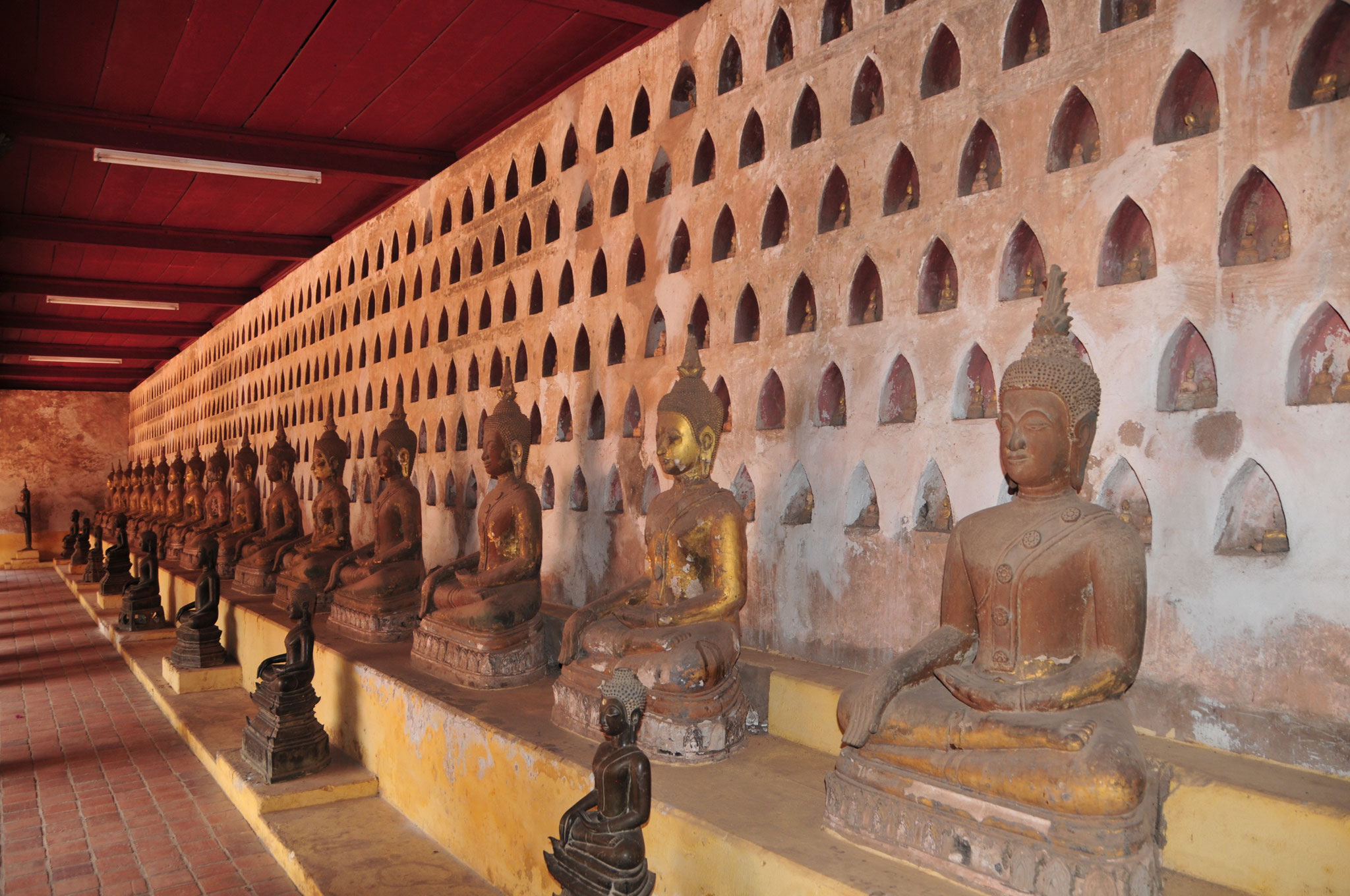 Tausende Miniatur Buddha Figuren sind hier Zuhause